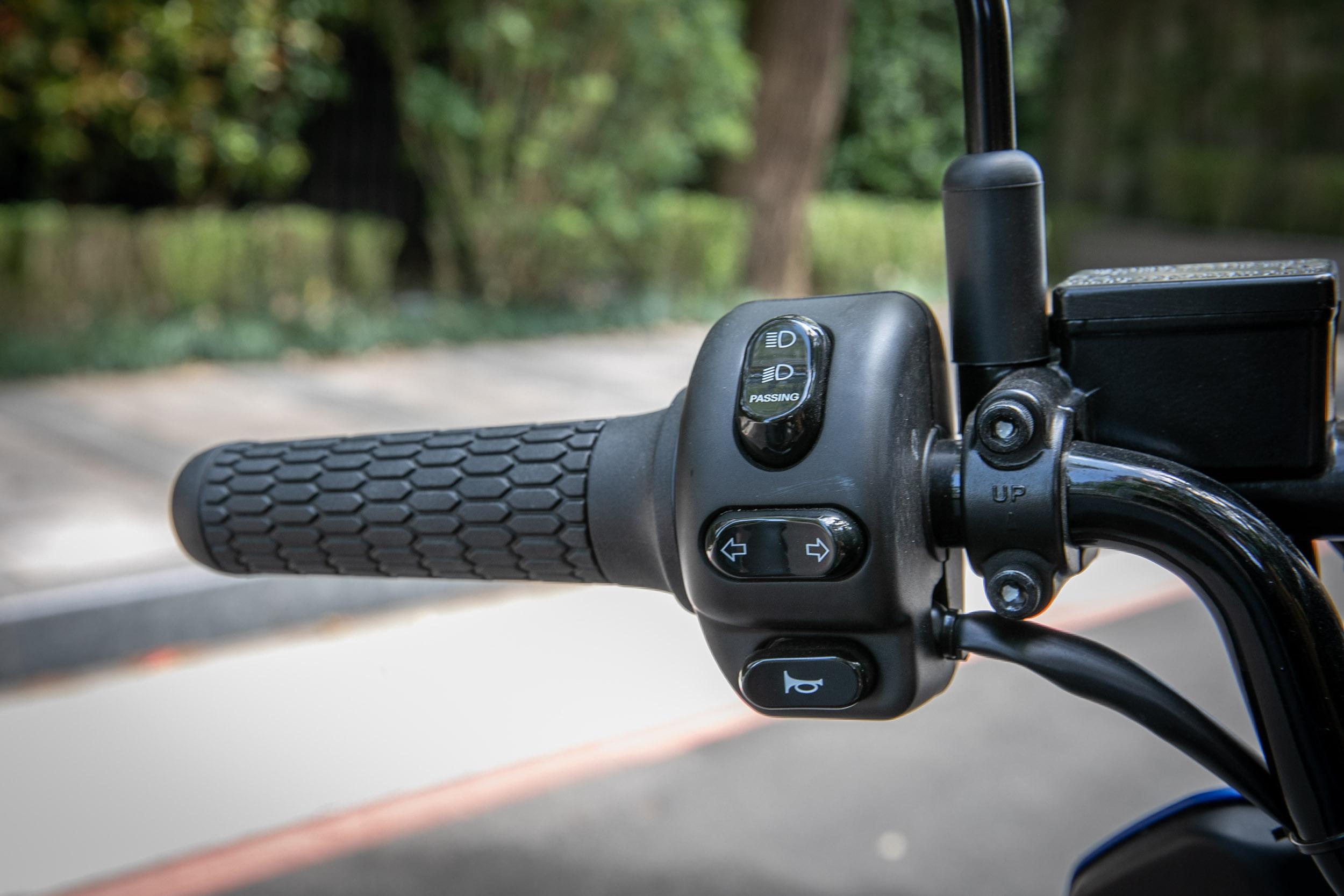 左右把手開關總成設計與 S3 車款差異不大。