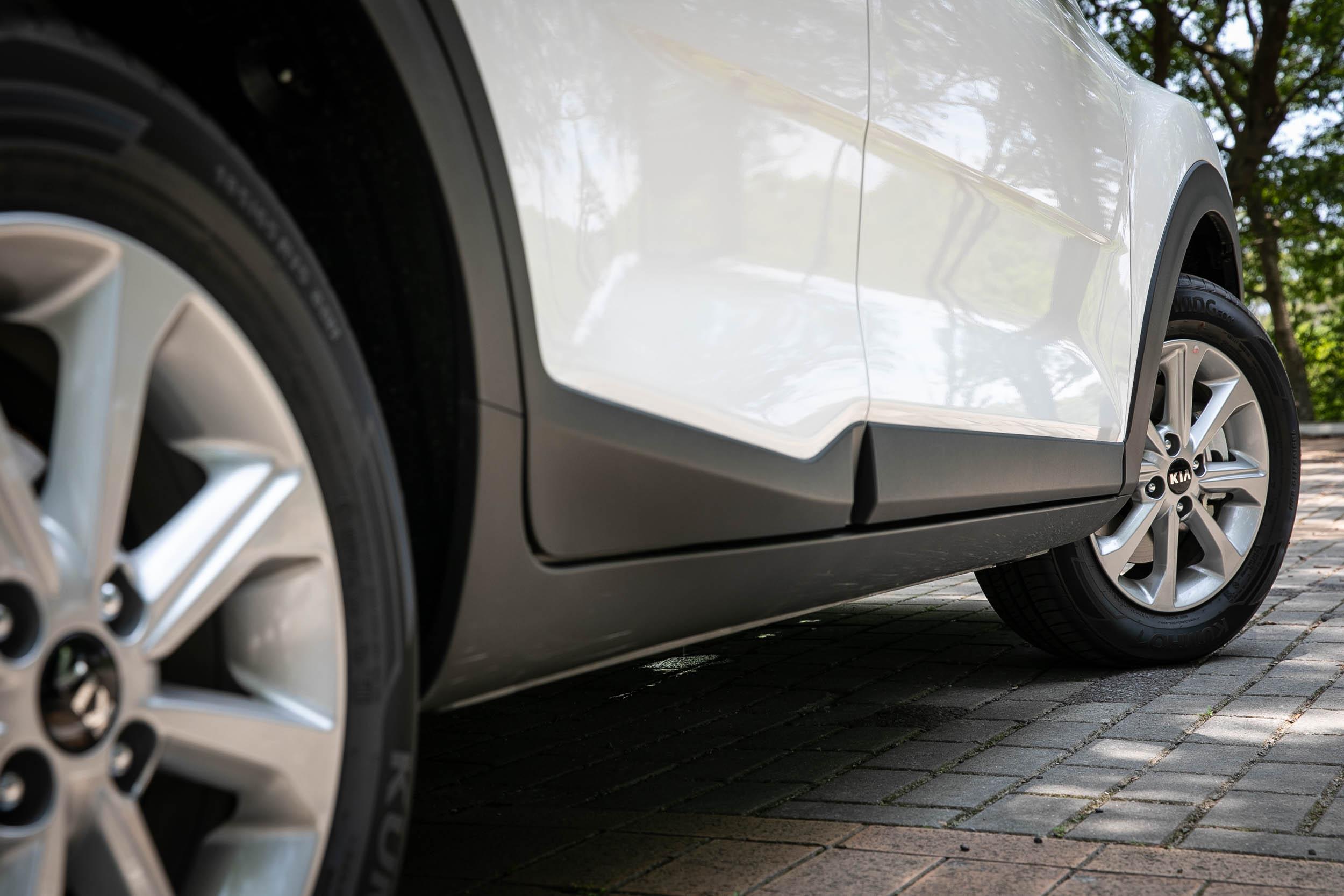 1.4L 車型採用單色15吋尺碼輪圈。