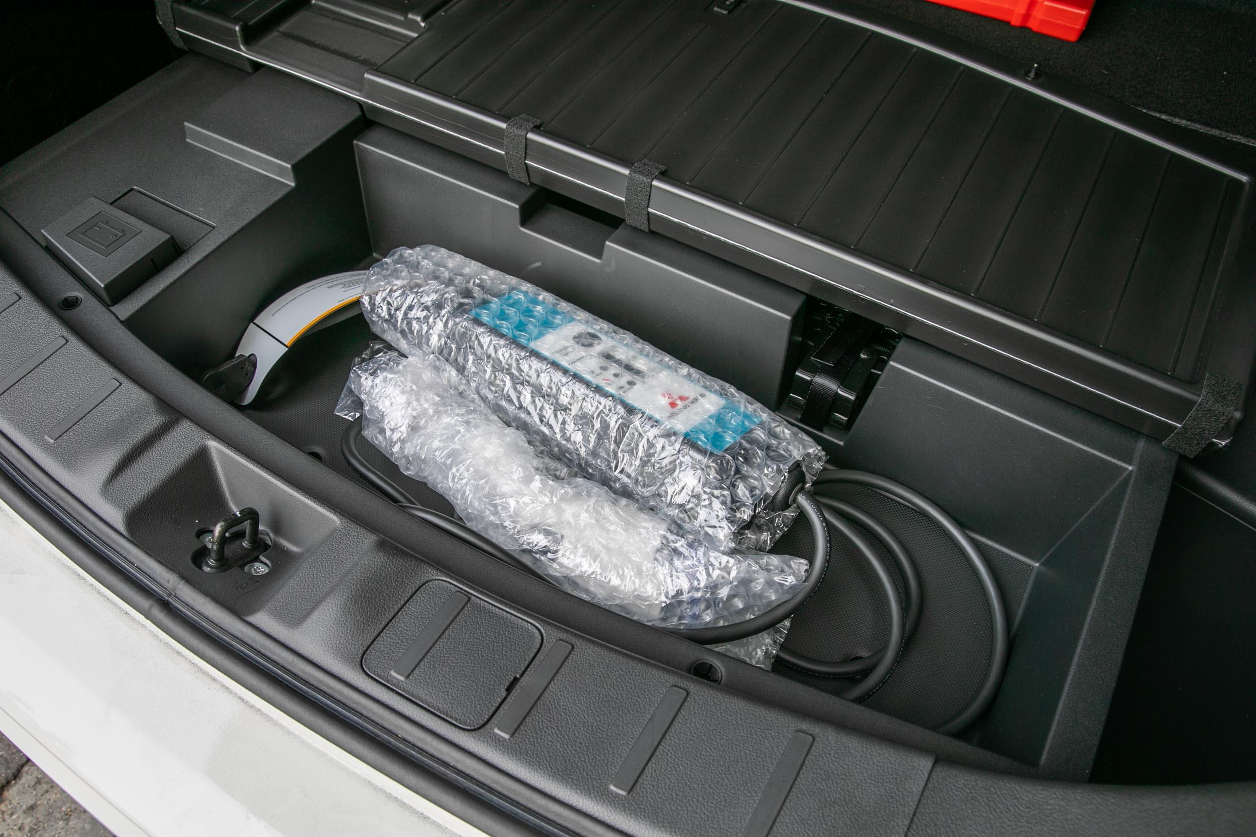 隨車附贈的充電線,放置於後車廂下方隔板處。