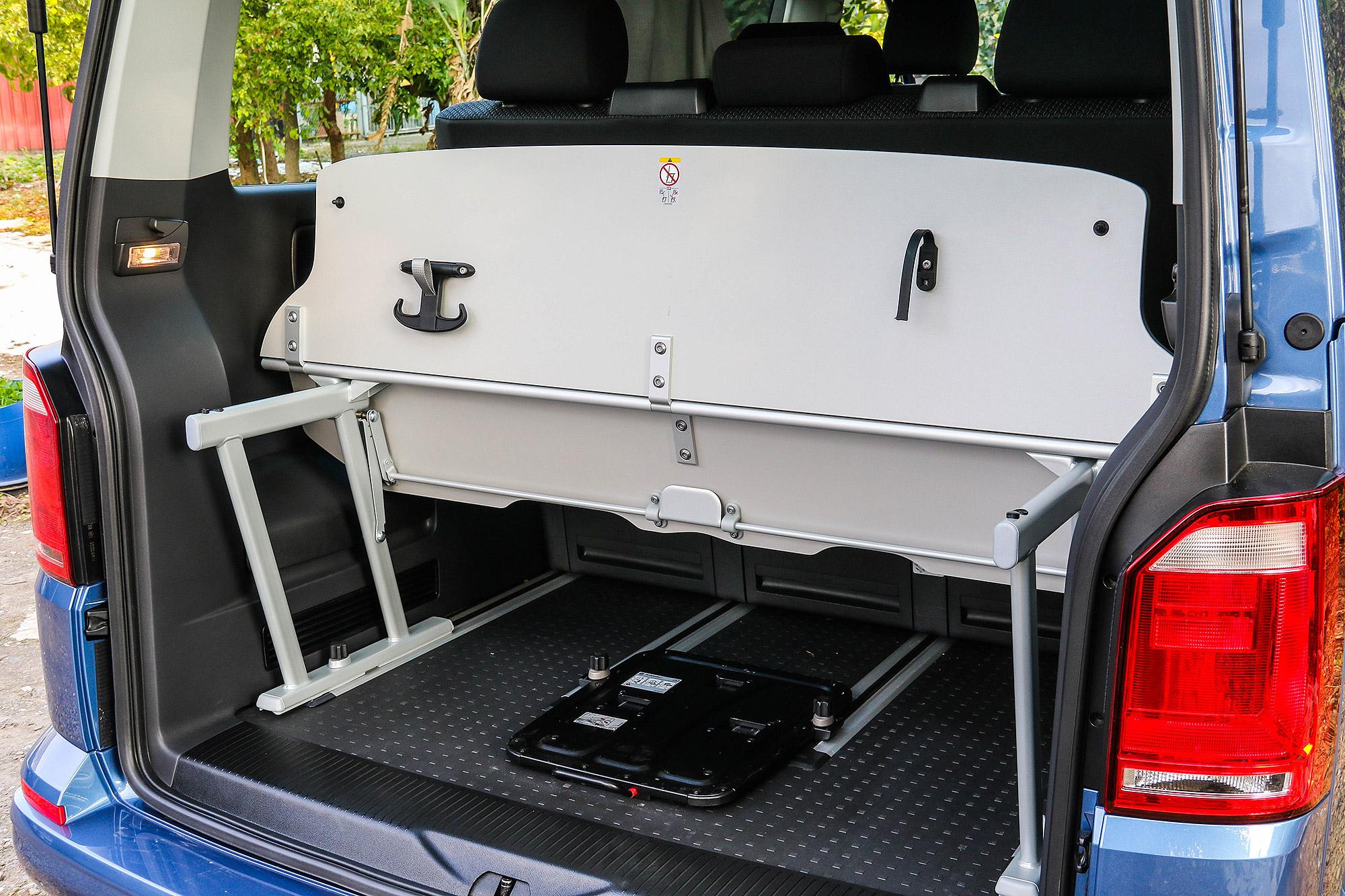 床架也可以折疊,便於置放高度較高的物品。
