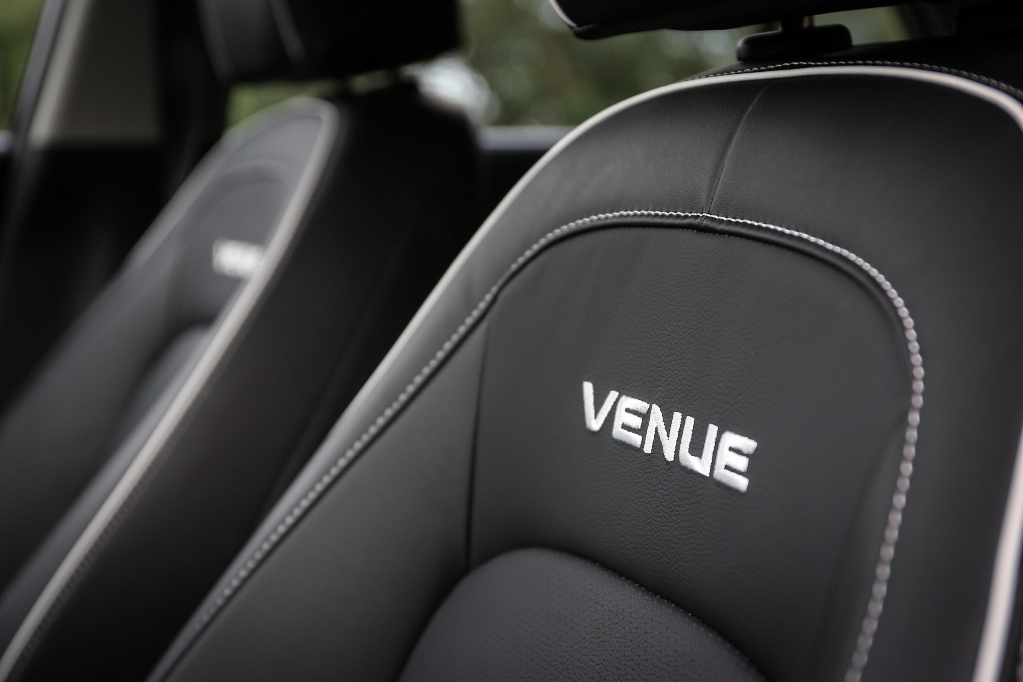 皮革座椅並有對比的白色縫線與字樣。