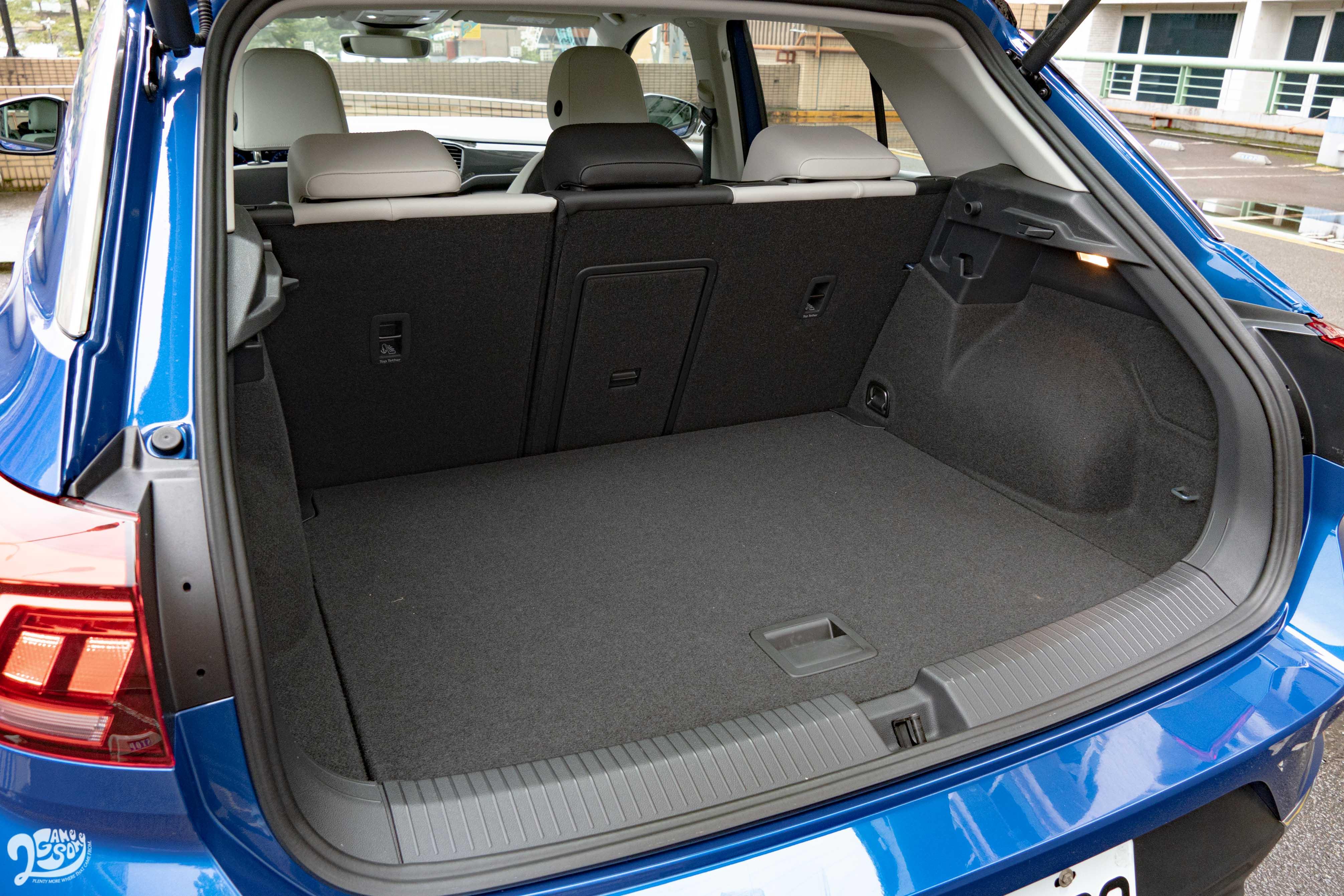 標準乘坐狀態下後廂容積為 445 公升。