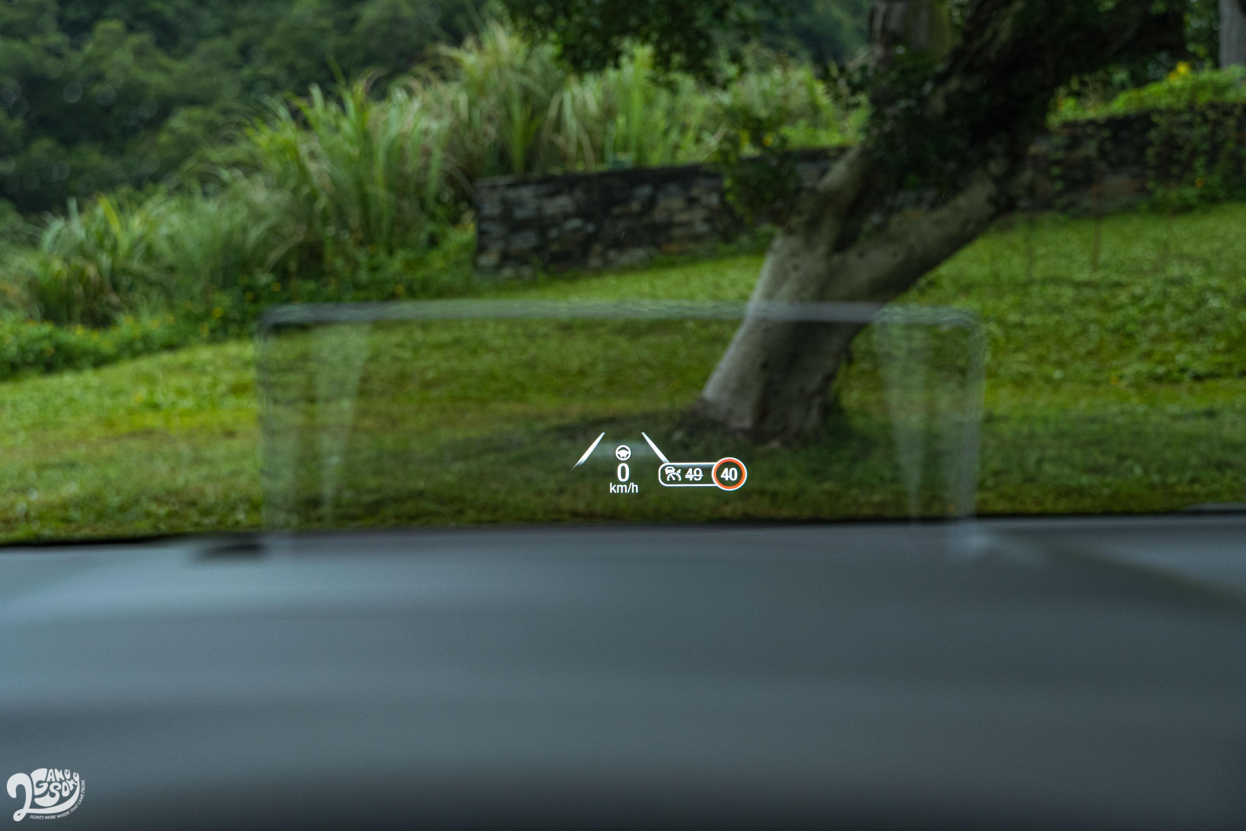 標配智慧型抬頭顯示器。