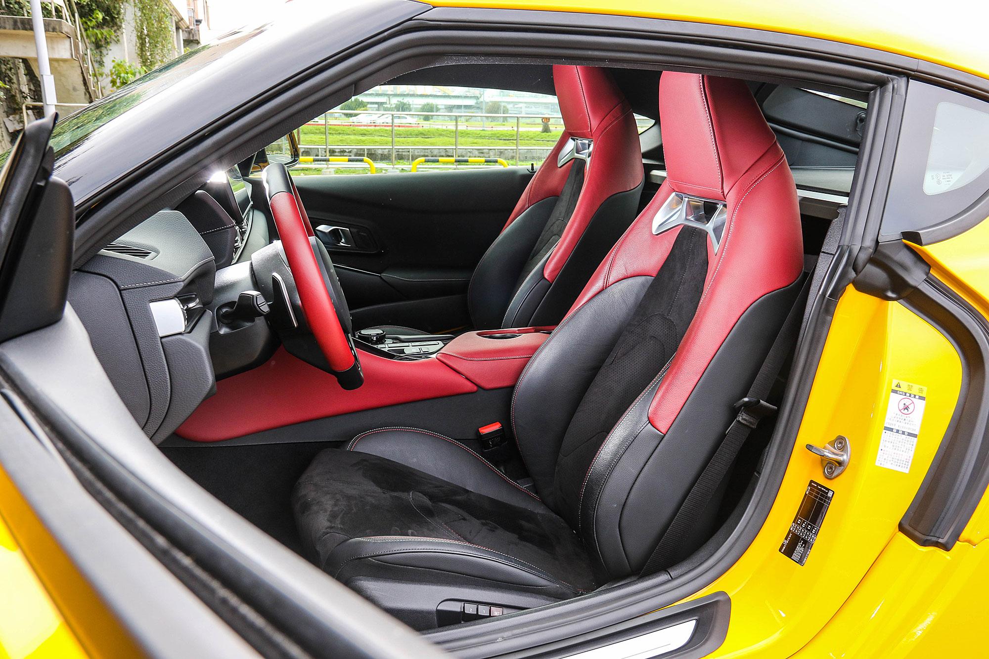 兩張桶型跑車座椅同樣使用紅黑雙色搭配。