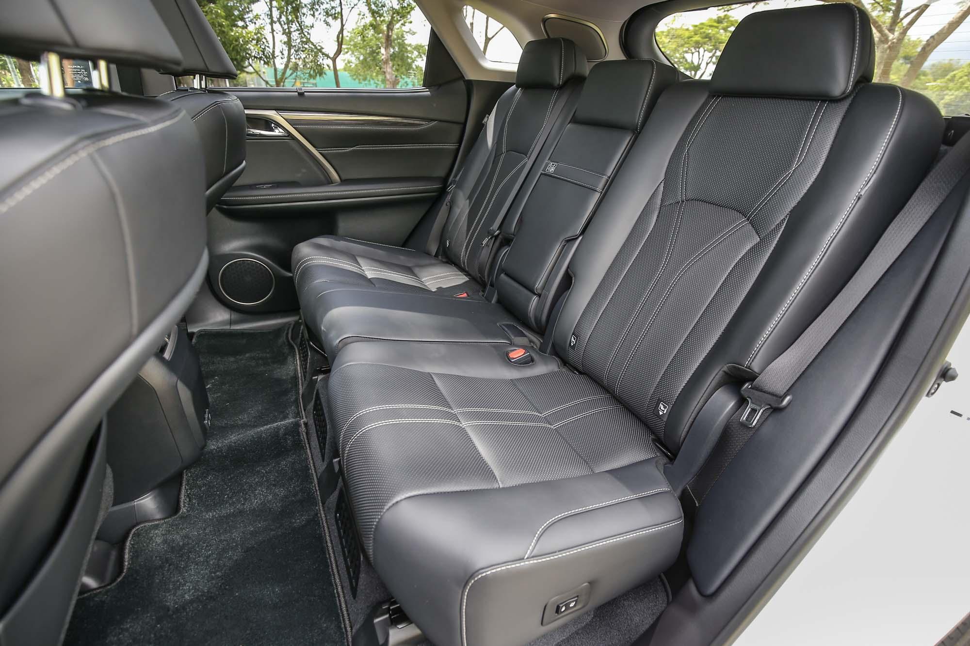 由於電池安置位置,讓後排座椅座著點較高,乘坐時頭部空間容易有壓迫感。