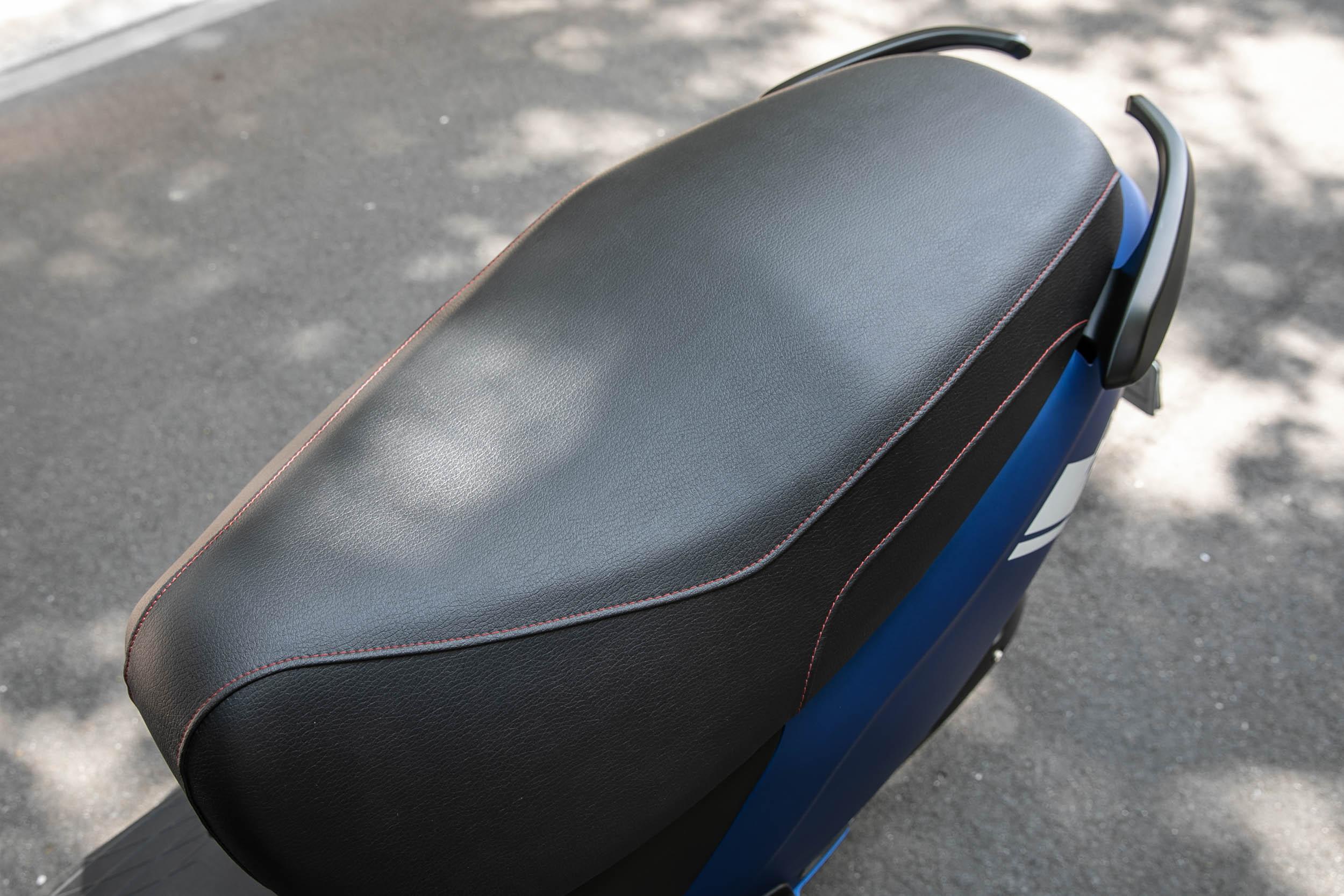 大面積的坐墊造型,雙人乘載有著極佳舒適度,座高調降為 745mm,對於身材嬌小的騎士更為友善。
