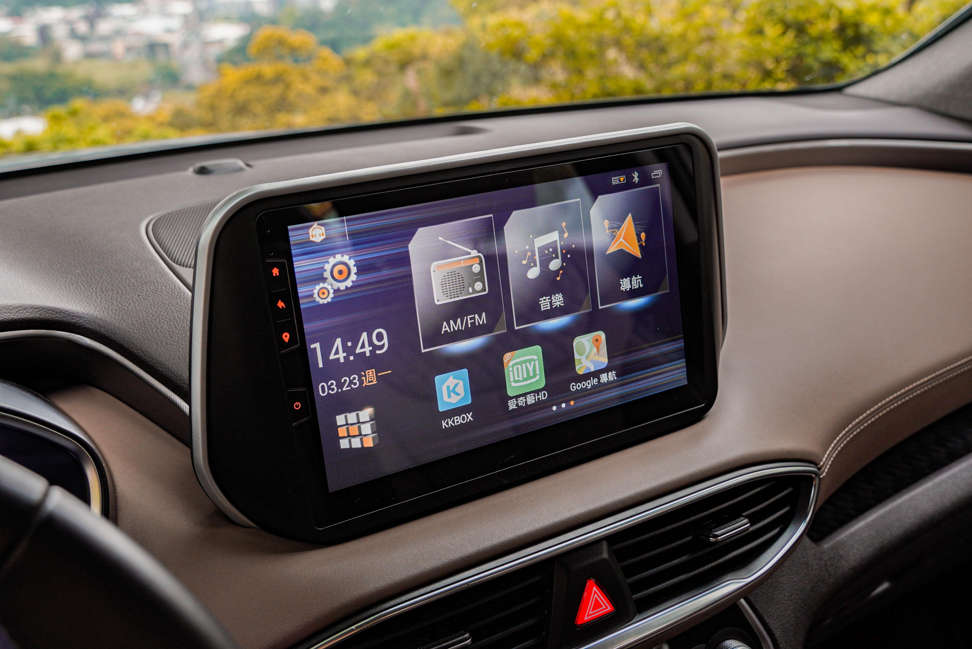 10 吋觸控式聯網主機形同一具平板電腦,內建影音程式、Google Maps。