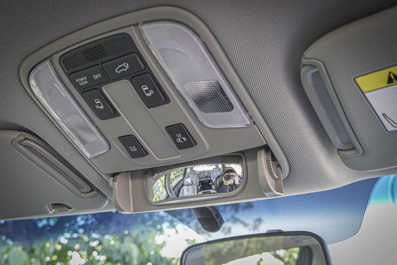 駕駛專屬車內對話鏡,可以更易查看後座小孩子的狀況。