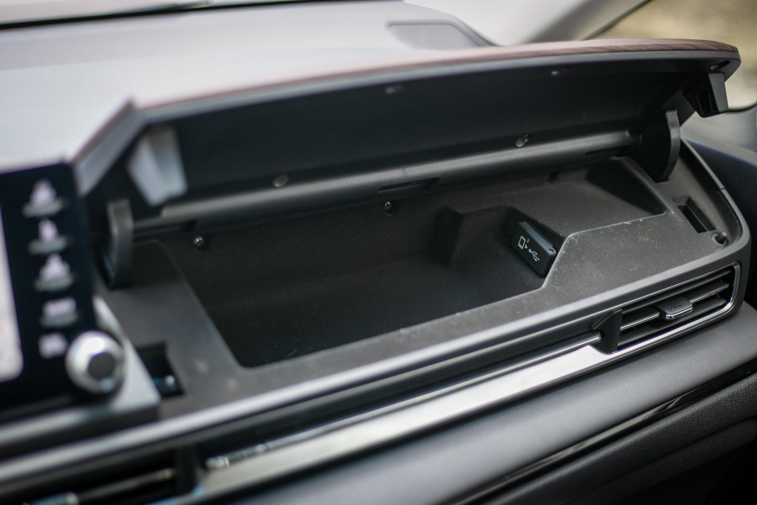副駕駛座手套箱上方新增一個上掀式置物盒空間,內有 USB 充電座。