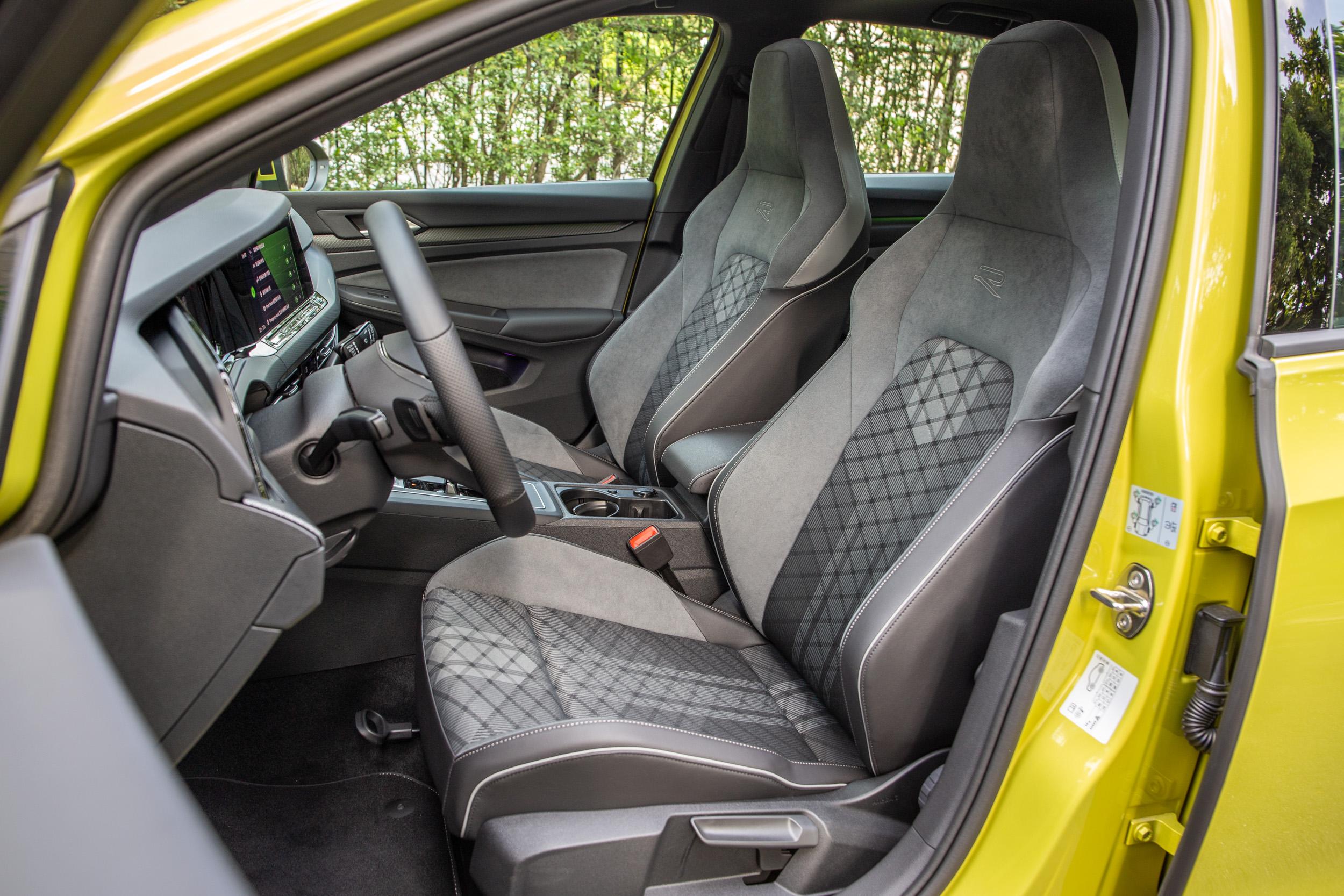 類麂皮混合織布的跑車型座椅為 280 eTSI R-Line 車型專屬,皆為手動調整。