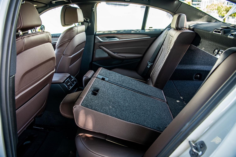 全新 BMW 530i 白金旗艦版配備 40/20/40 分離可傾倒後座椅背,大幅提升機能性以及實用性。