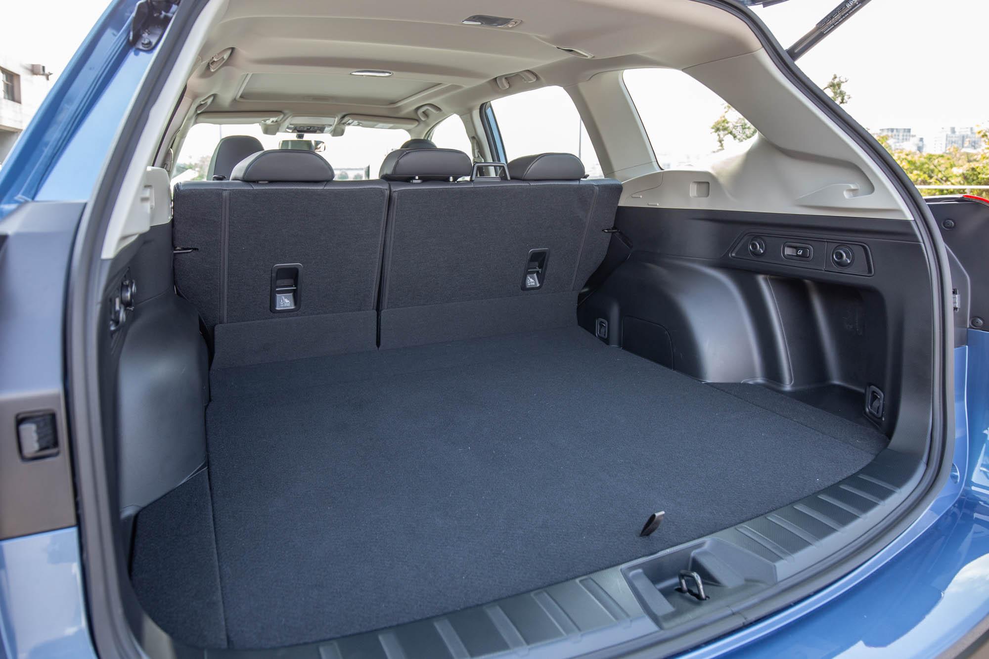 後行李廂置物容積達 520 公升,且造型方正,相當利於置物。