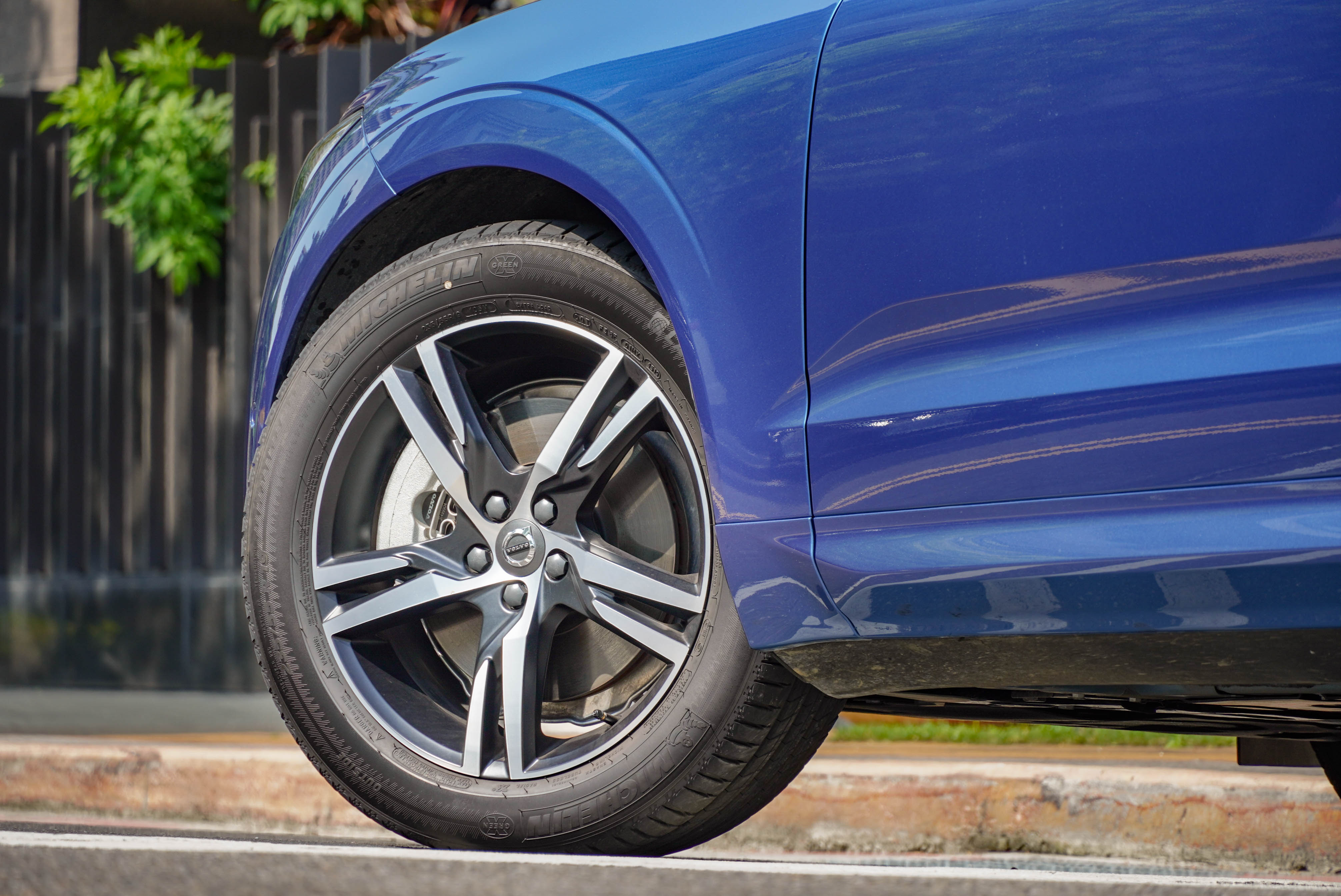 標配 19 吋 5 輻雙肋 R-Design 專屬黑鑽石切割鋁合金鋼圈。