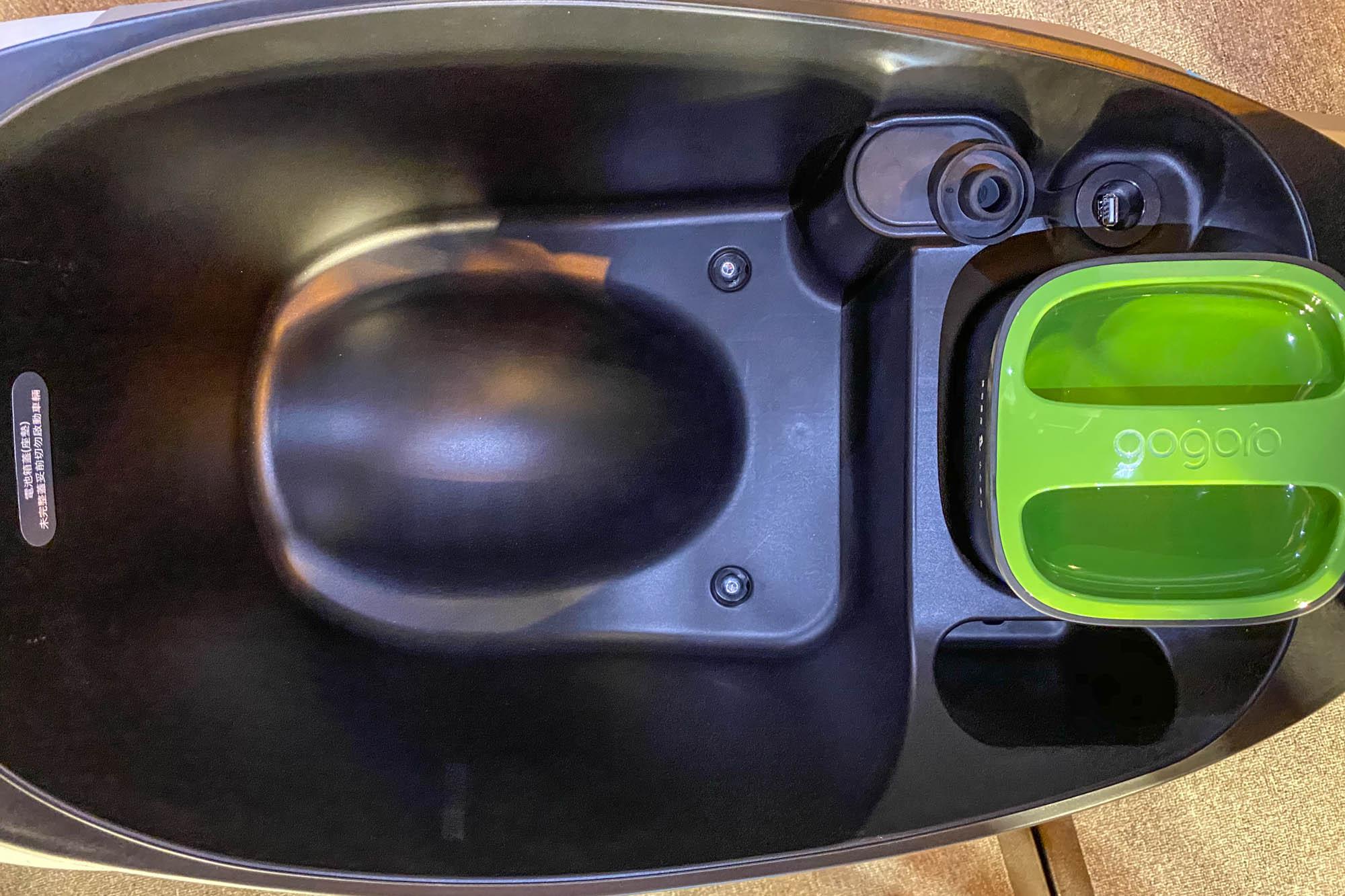 座墊下置物空間設有QC 3.0 USB充的充電插孔。