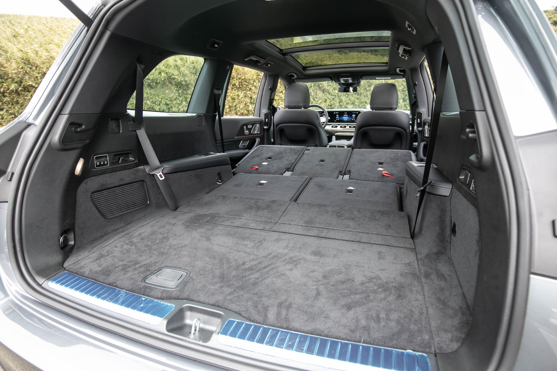 第二排與第三排座椅傾倒後,置物容積可達 2400 公升。