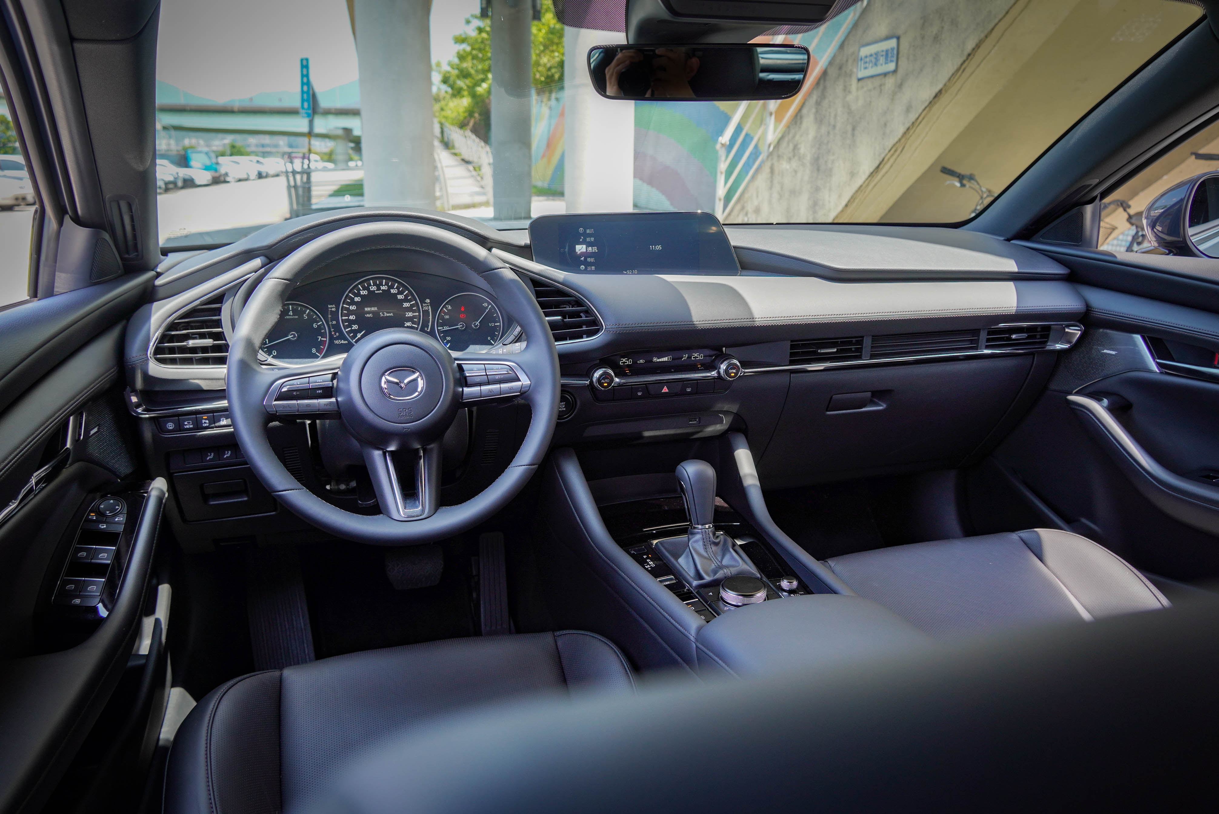 Mazda3 內裝標配 7 吋全彩數位儀錶、雙區獨立恆溫空調系統、Mazda Harmonic Acoustics 環場聲學音響系統、8.8 吋中央資訊顯示幕等科技。