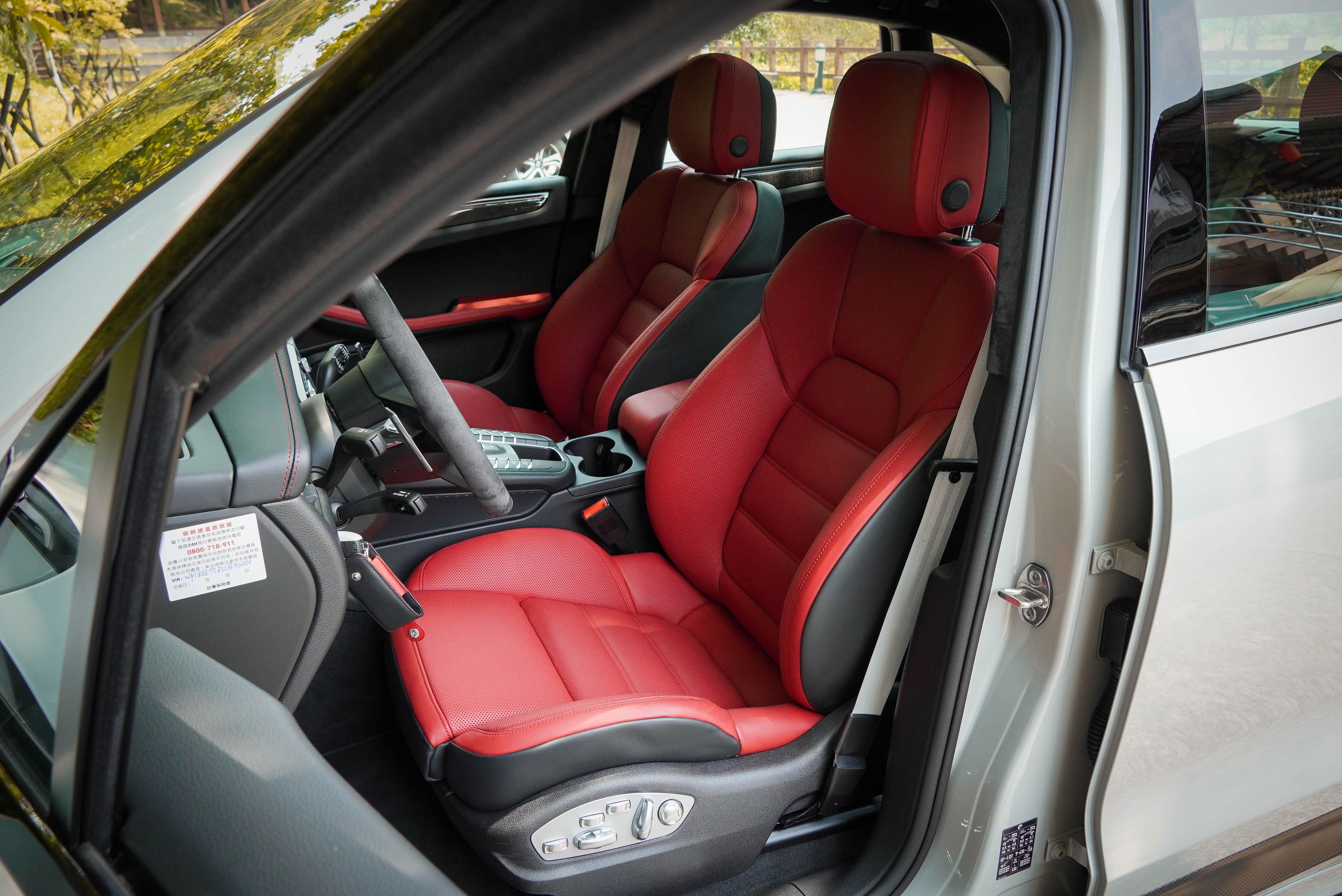 18 向電動調整跑車座椅是標準配備,試駕車另選配加熱及通風功能。