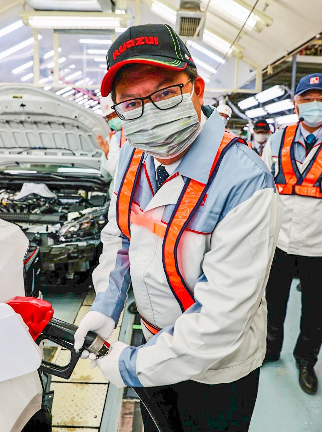 鄭市長親自為組裝完成車輛加油,象徵為國瑞加油。