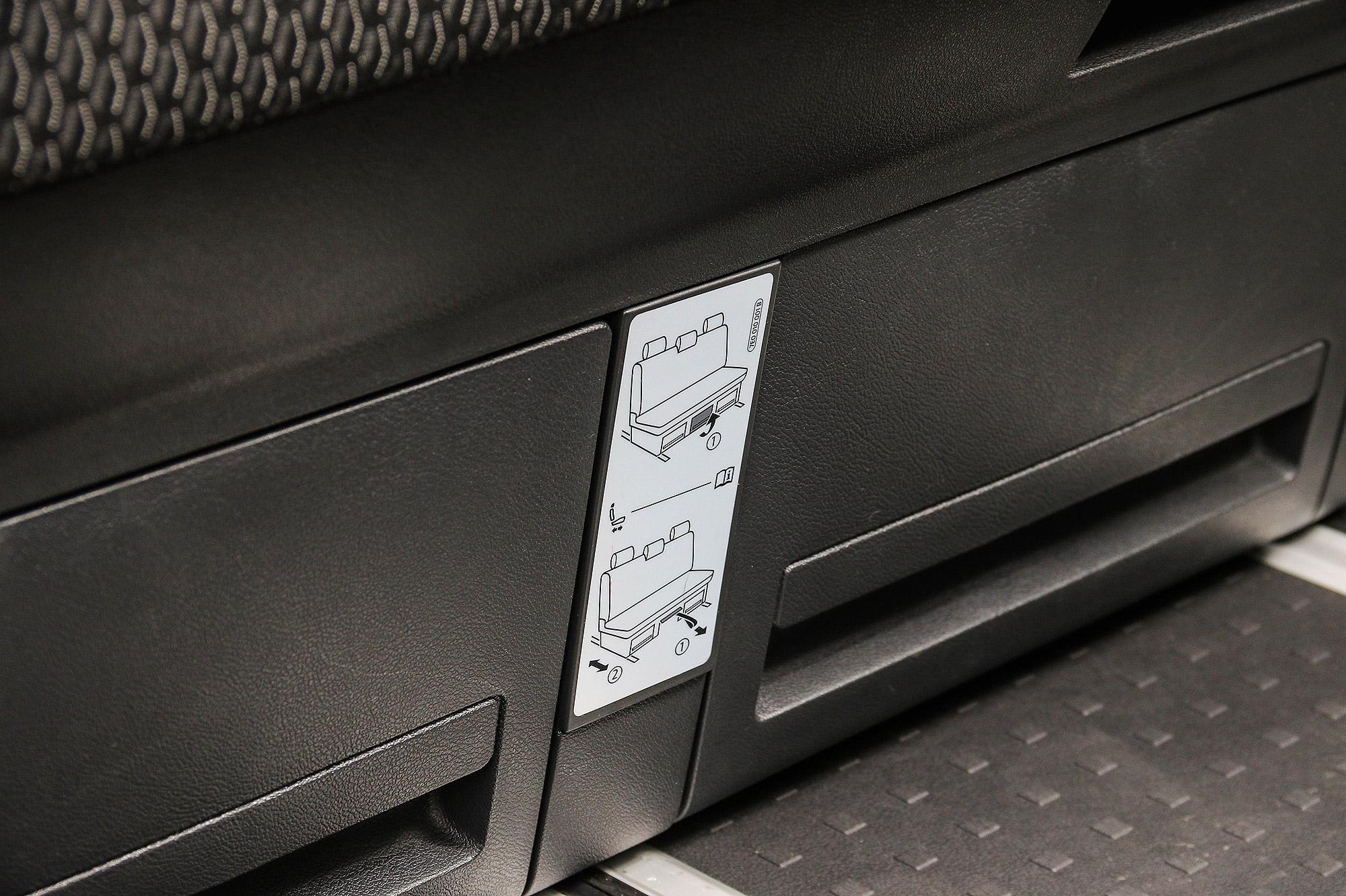 第三排座椅只需簡單幾個步驟就能完全打平。