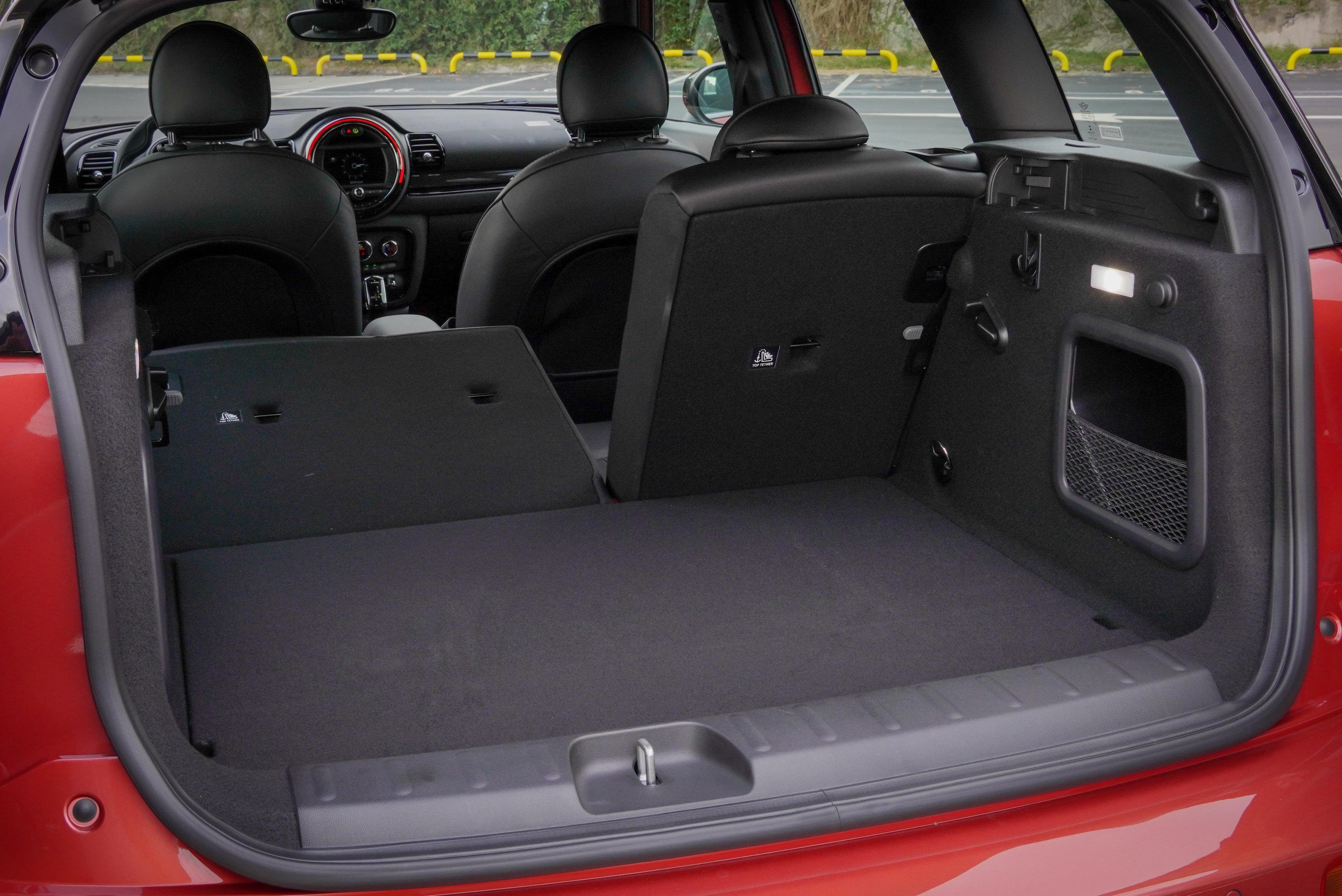 Clubman 後座椅背提供 6/4 傾倒功能,擁有 360-1250 公升行李廂空間。