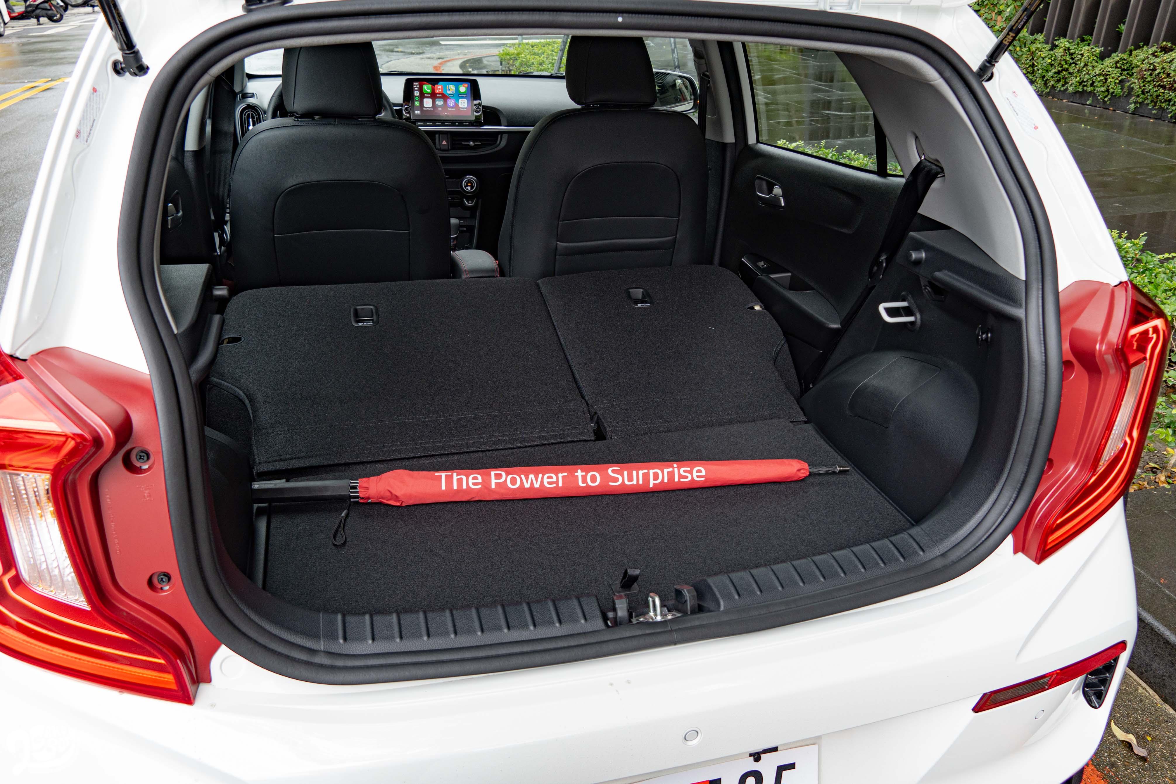 6/4 椅背傾倒功能,提供平坦的存放空間。