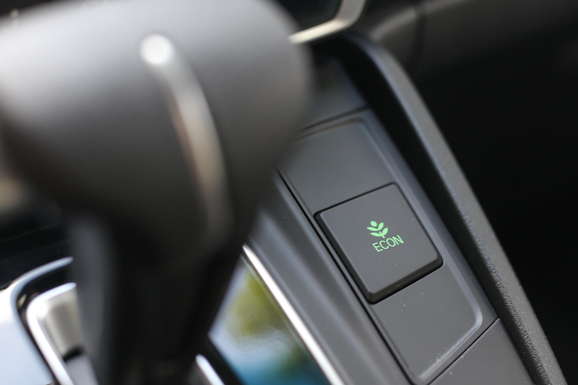 具有 ECON 節能模式,原廠公布平均油耗可達 14.7km/L。