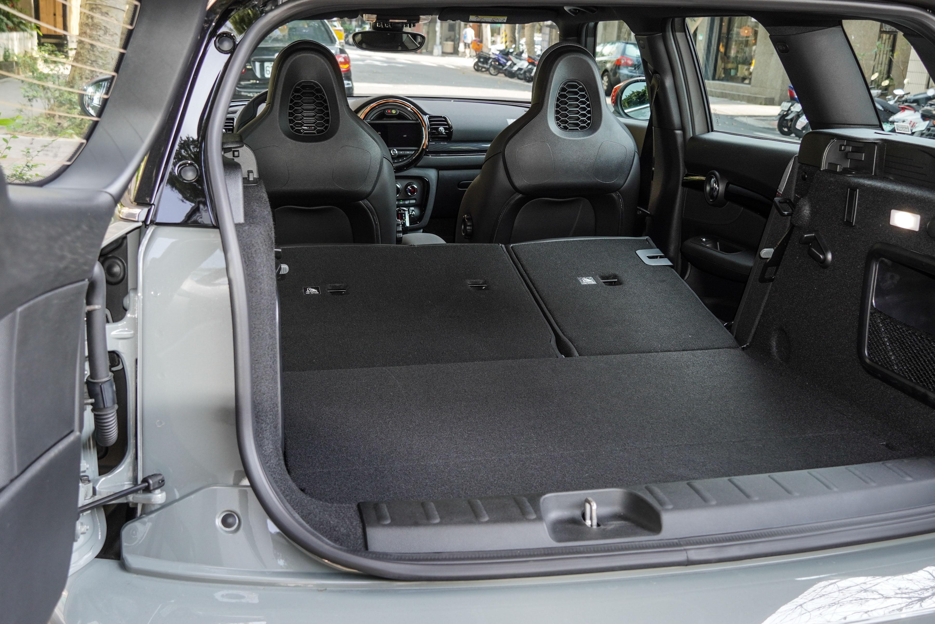 6/4 椅背分離傾倒後擁有頗為實用的 1,250 公升。