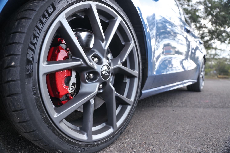 標配 Michelin 19吋 Pilot Sport 4S 進階高性能跑胎及輕量化鋁圈、四輪大型碟煞及大型紅色卡鉗(前雙後單活塞組)。