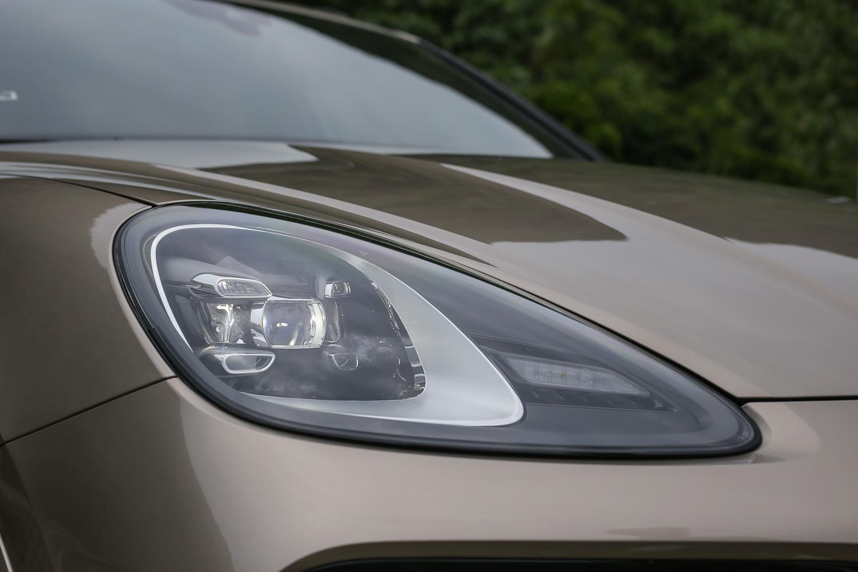 Cayenne 車系標配 LED 頭燈含四點式 LED 日行燈。