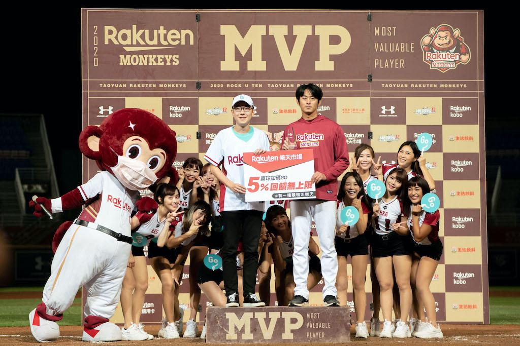 GoShare 新事業總監姜家煒為本場 MVP 王溢正頒獎。