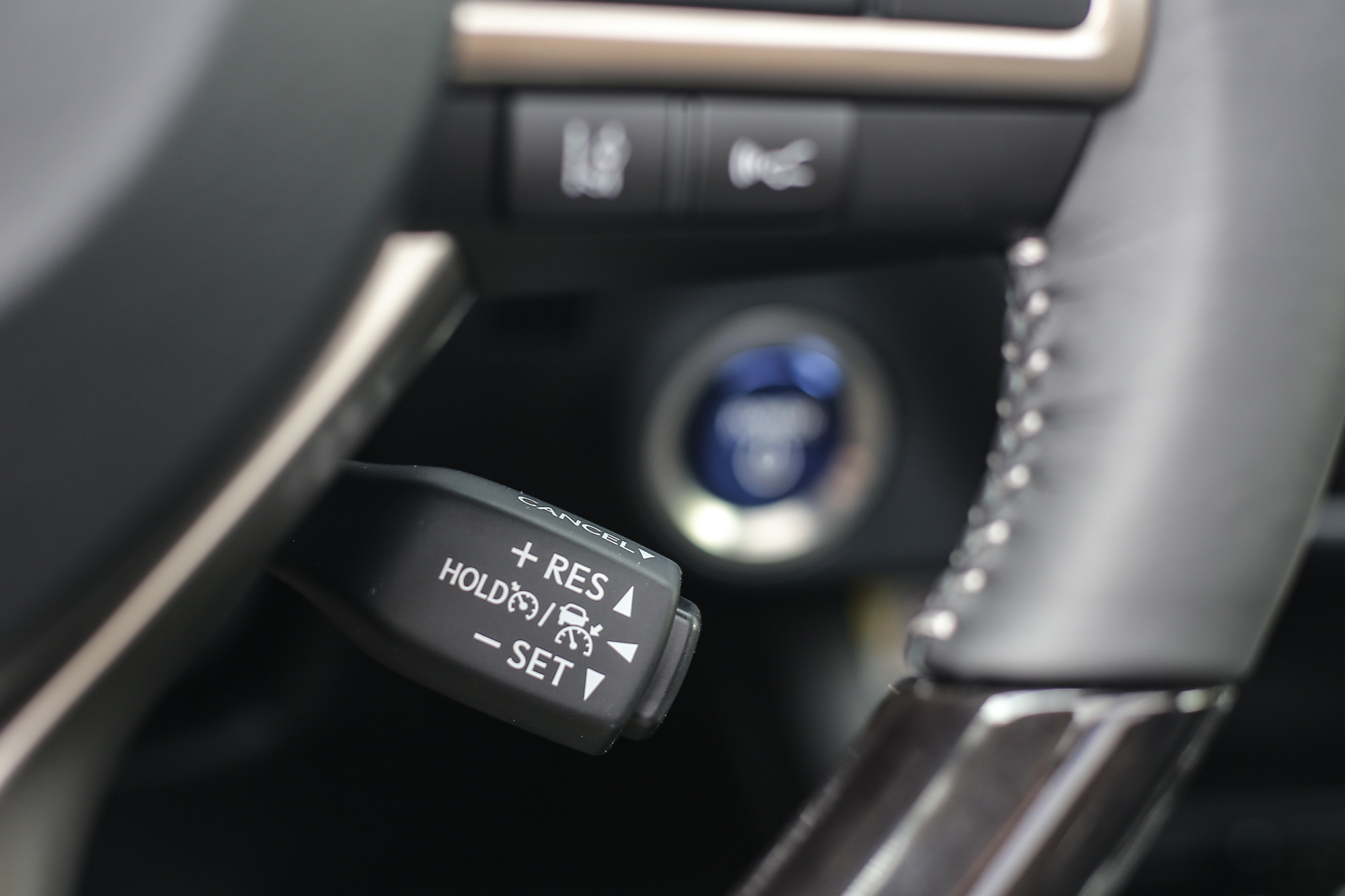 改為全速域的 DRCC 雷達感應式車距維持定速系統,開關操作設置於方向盤後方的獨立撥桿。