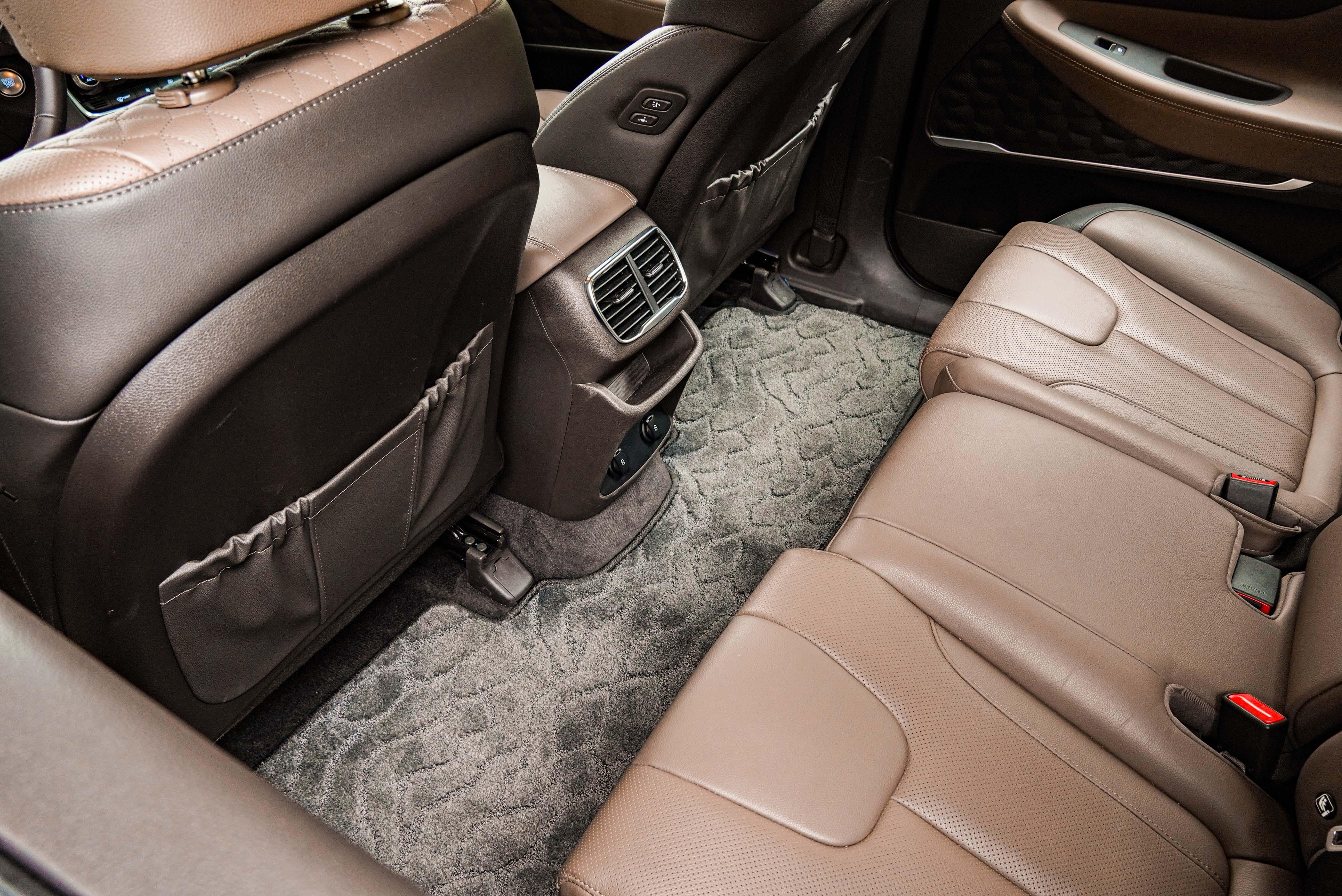 Santa Fe 擁有果嶺式的平坦底板,中間乘客腿部有足夠的棲身之所。