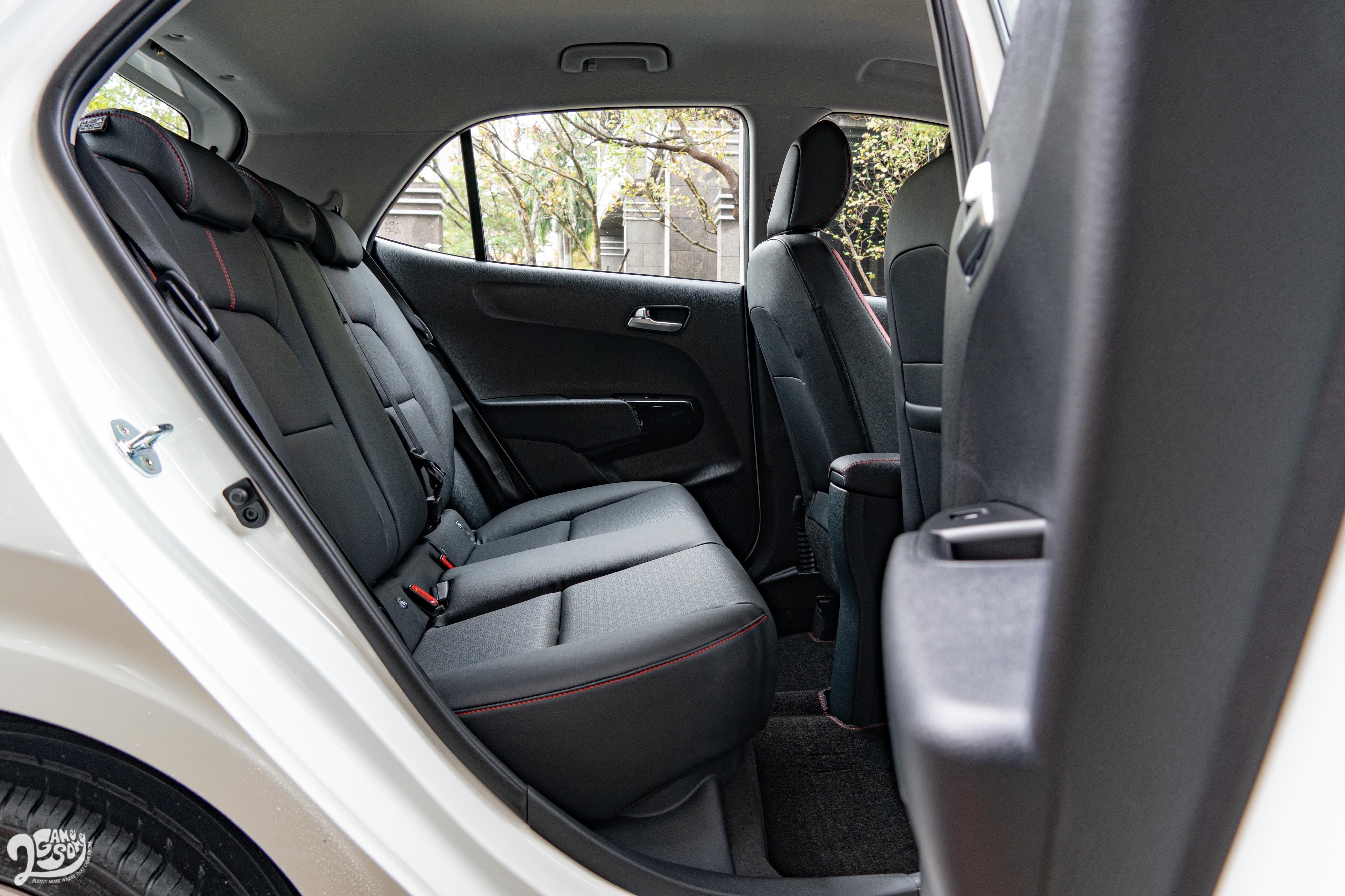 一般成人坐進後座,也還有一個拳頭的頭部和膝部空間。