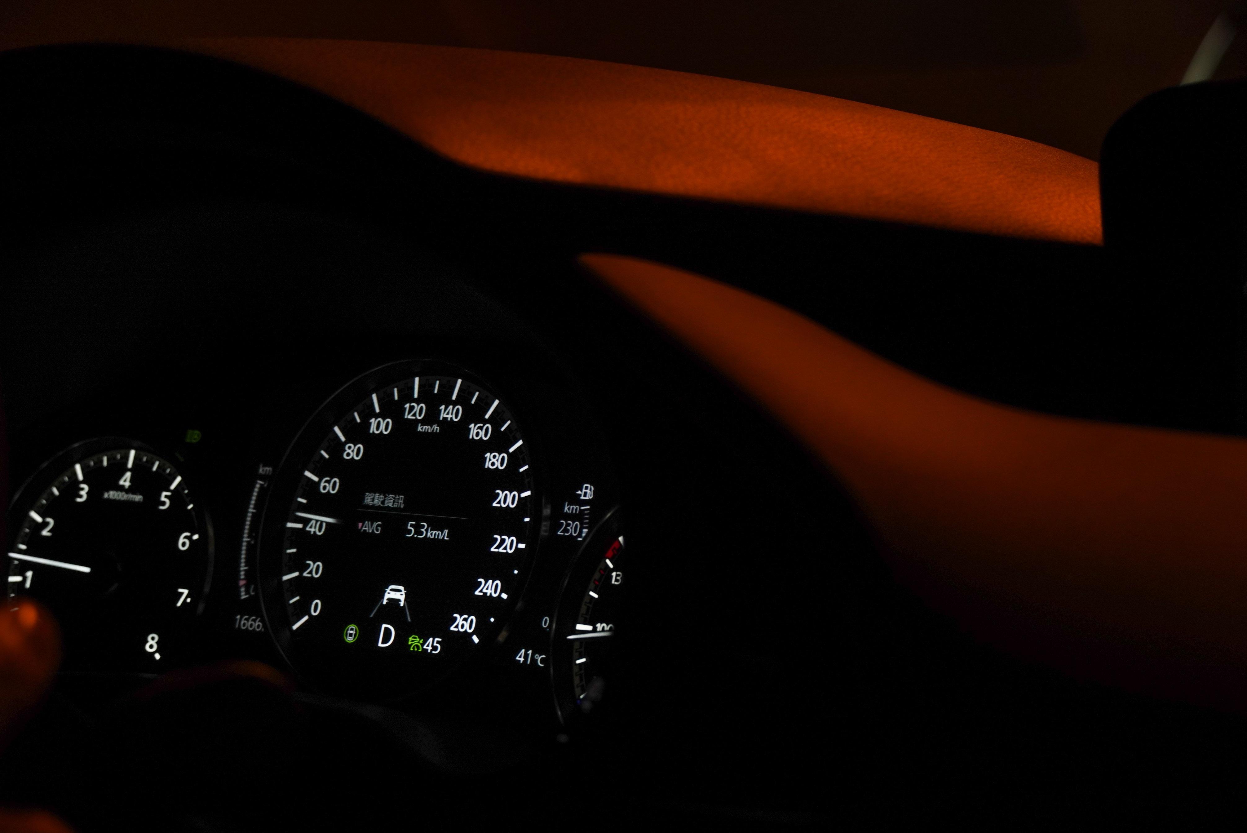 21 年式 Mazda3 尊榮安全型標配全速域主動車距控制巡航系統(MRCC)、巡航模式車道維持輔助系統(CTS)、智慧前行煞車輔助系統(SBS)等主動安全配備。