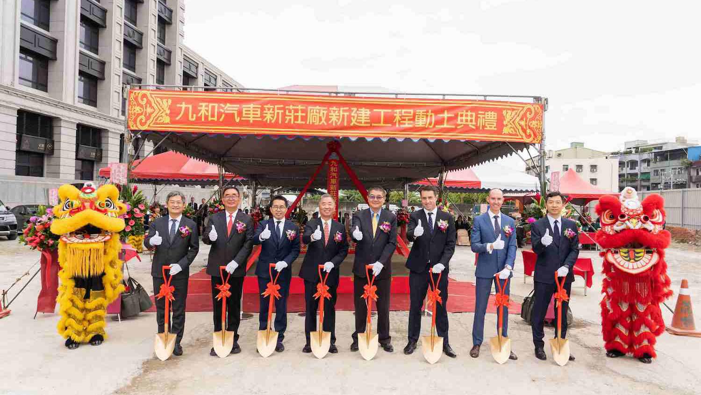 圖由左至右為建築師 胡宗雄、麗明營造董事長 吳春山、新北九和汽車協理 李家致、九和汽車總經理 陳貽彬、九和汽車副總經理 詹士賢、JAGUAR LAND ROVER 亞太營運總部總裁 Robin Colgan、Jaguar Land Rover Taiwan 台灣捷豹路虎總經理 Garth Turnbull、銷售總監 湯家同。