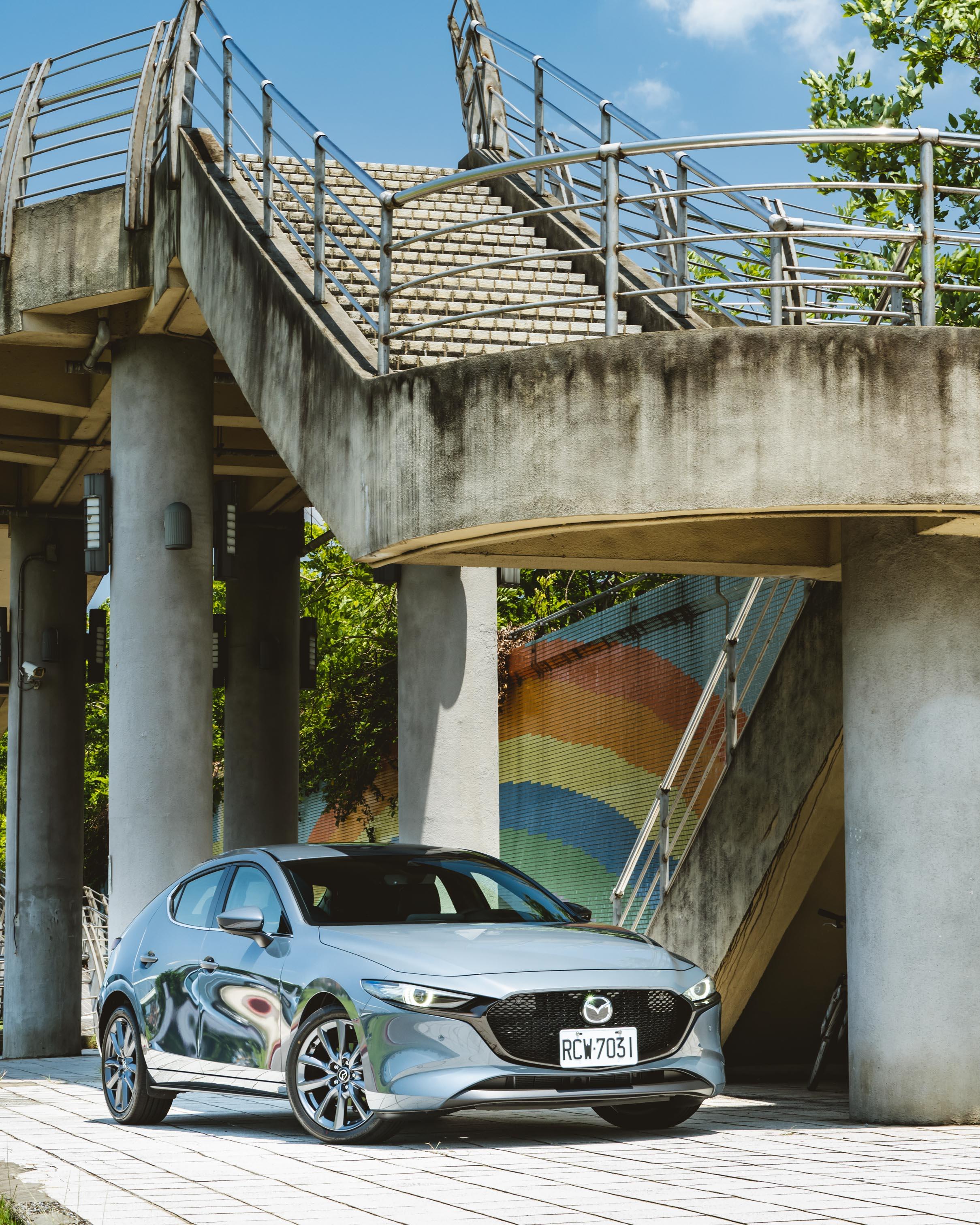 試駕車型為 Mazda 5D 旗艦進化型,售價 99.9 萬元。