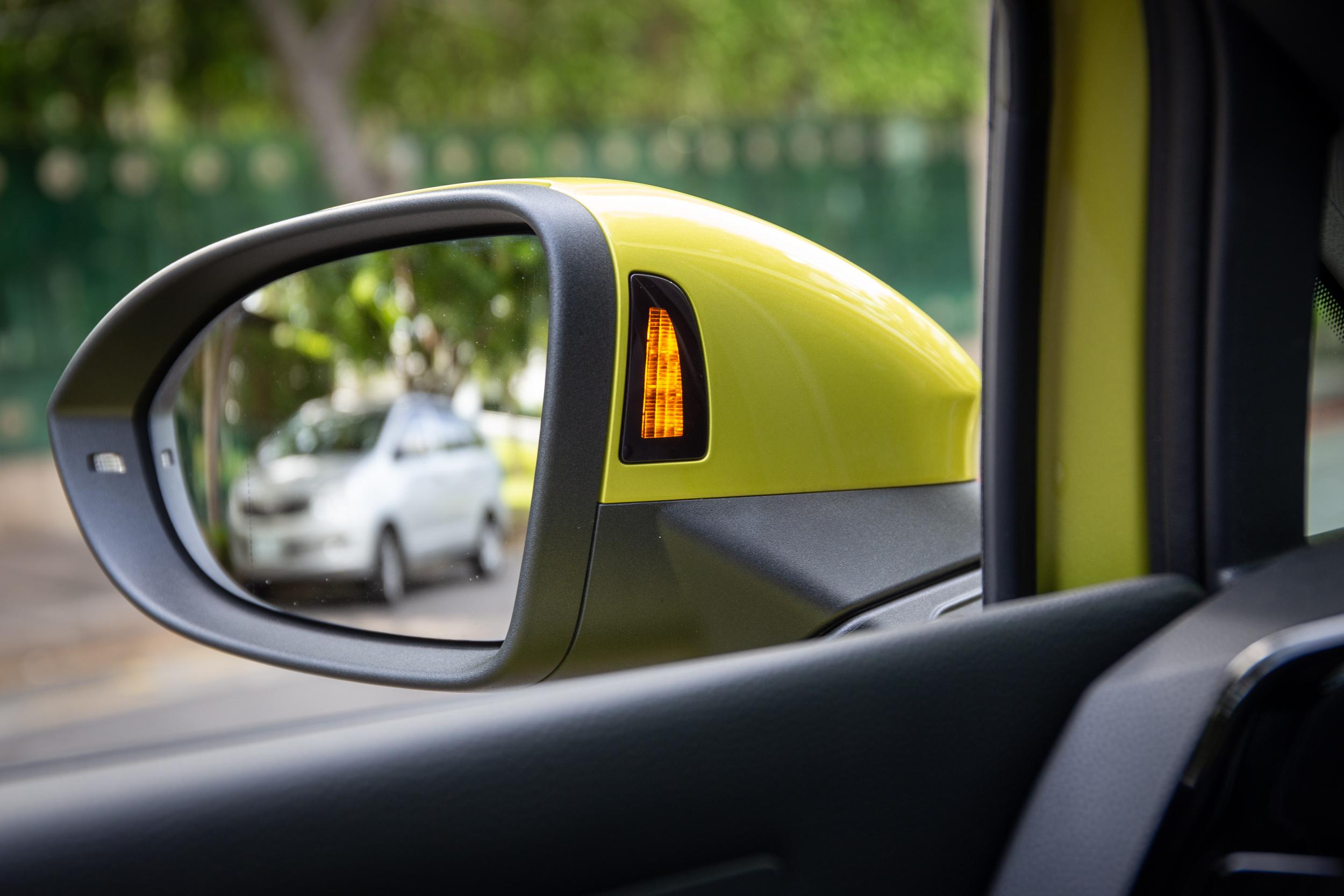 車側盲點警示系統與離車安全警示系統都會由車外後視鏡內側警示燈號來負責。