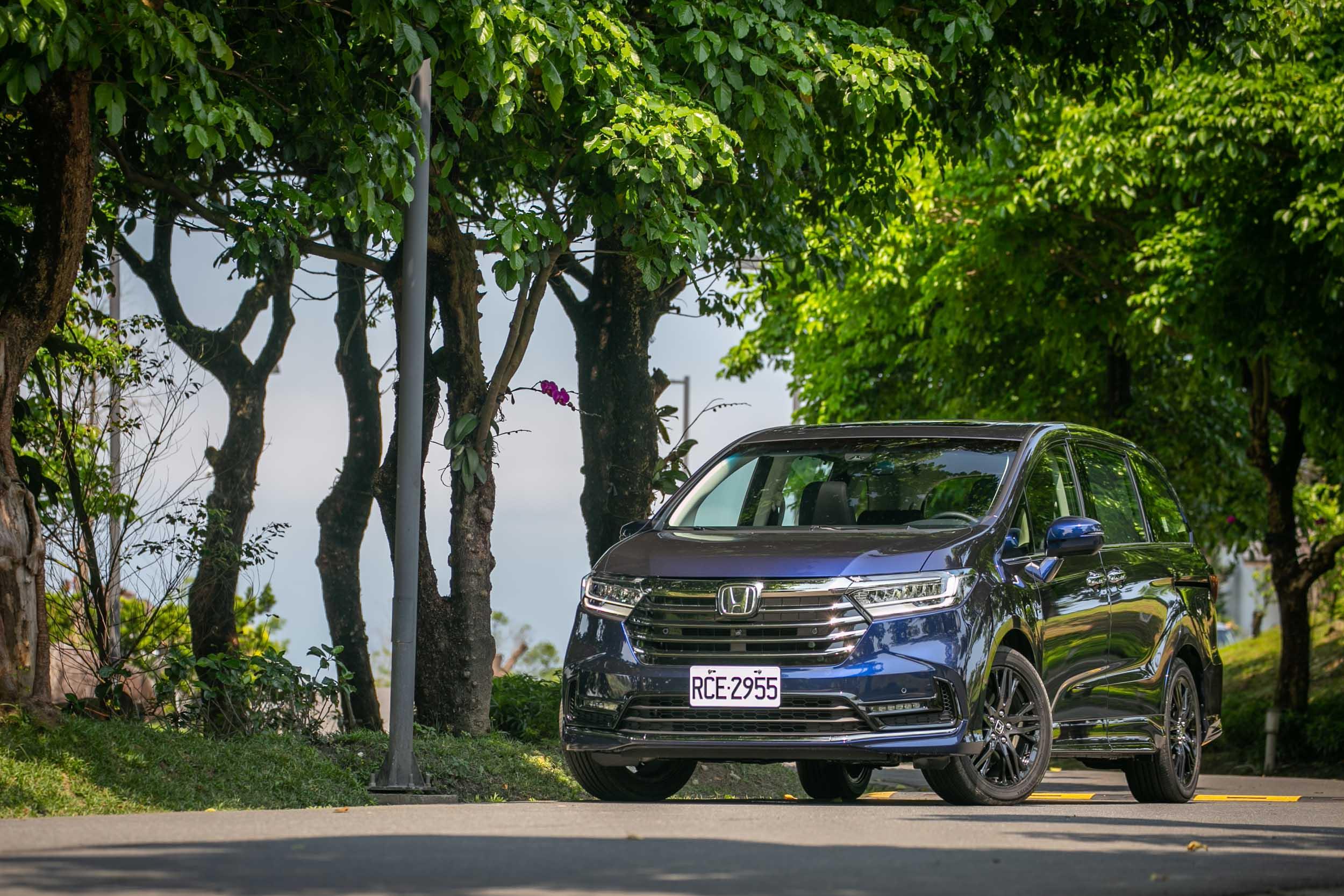 試駕車款為七人座登峰版,售價為新台幣 179.9 萬。