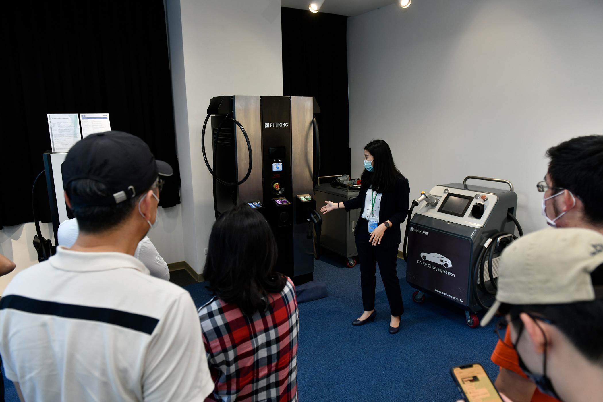 飛宏科技公司詳細為車主們說明充電相關設備與規格的規劃與佈建。