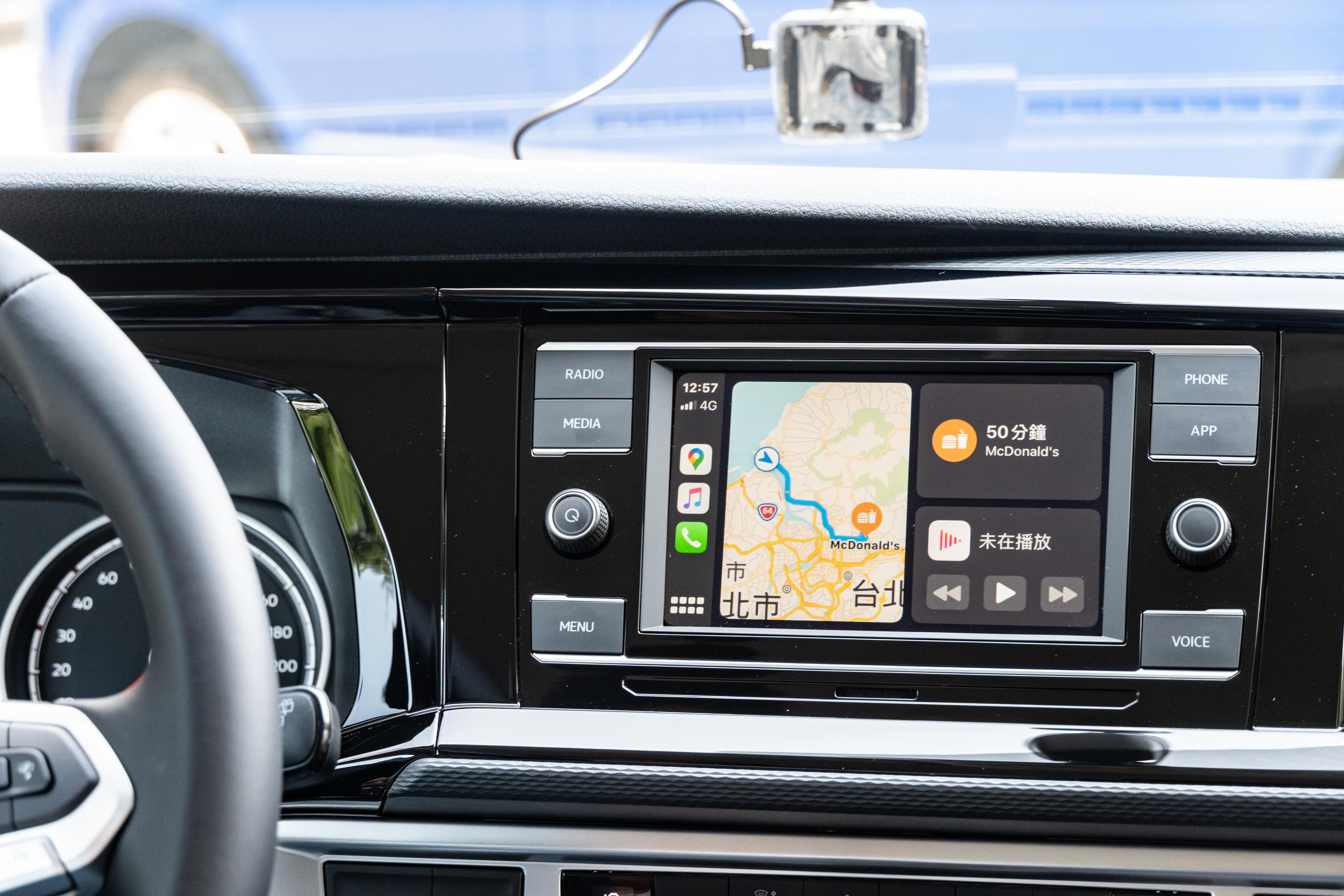 6.5 吋彩色中央觸控螢幕支援 Apple CarPlay 和 Android Auto。