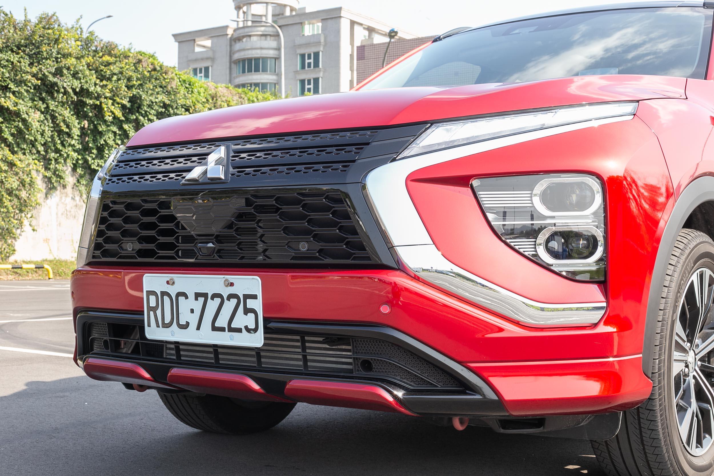 Dynamic Shield設計語彙加上黑化的水箱護罩、多層次照明造型等,讓車頭感受相當具份量與前衛感。