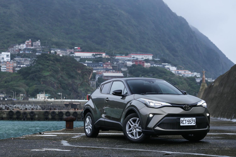 試駕車款為 C-HR 豪華型,售價為新台幣 95.9 萬元。