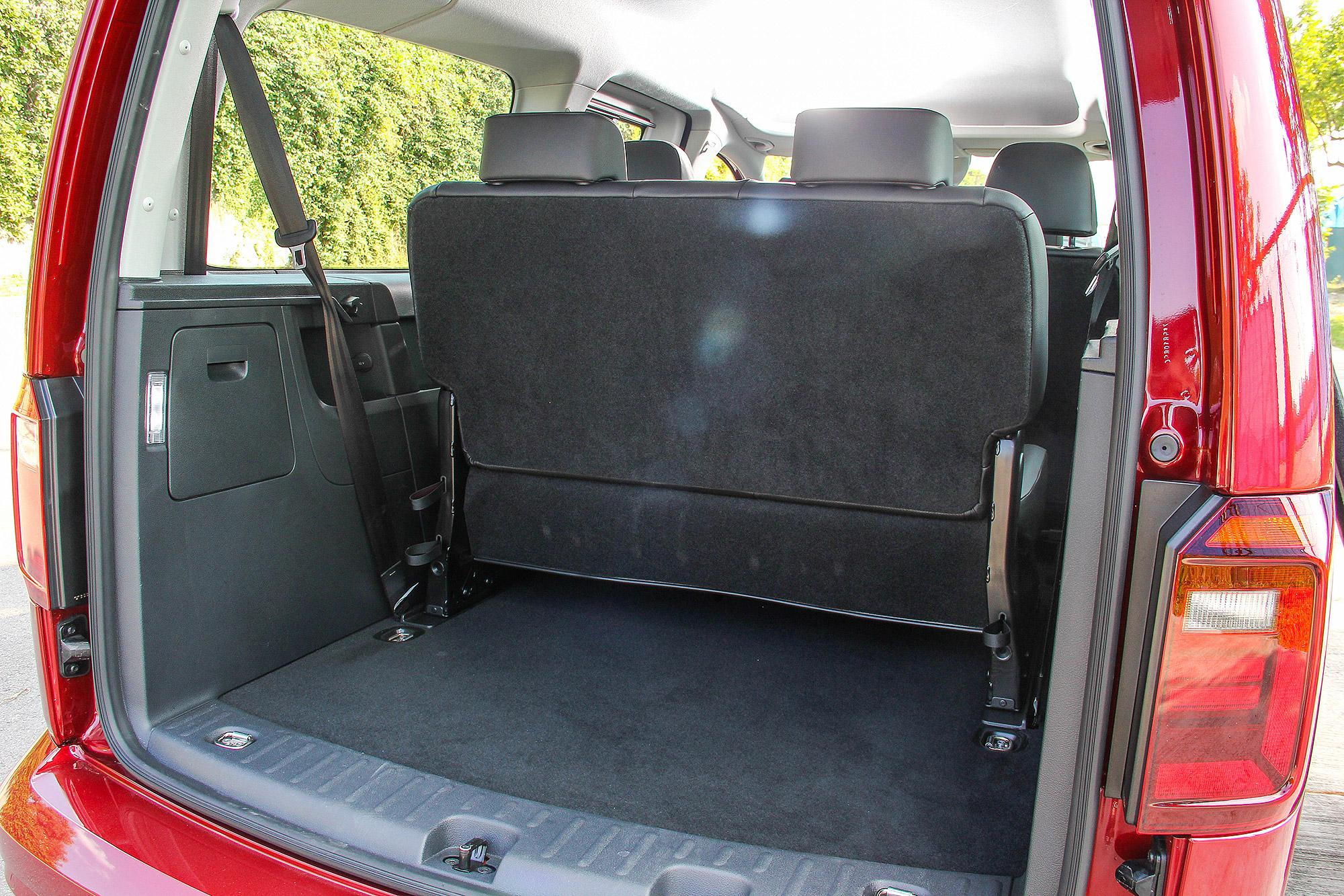 即使三排座椅滿載,仍有相當出色的行李廂深度, 580 公升的基礎行李廂容積,也與一般中型 SUV 相近。