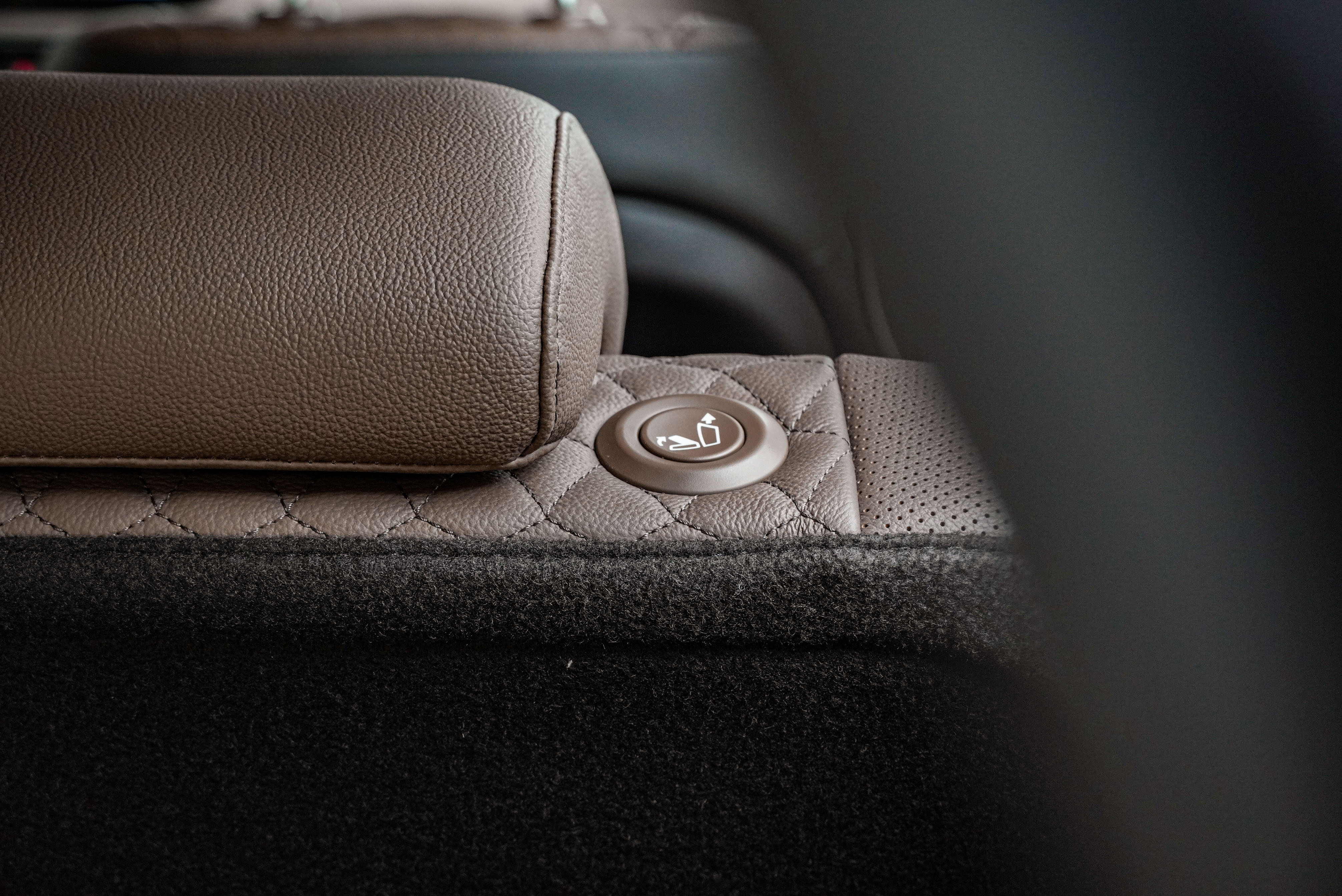 Santa Fe 主打的 Easy System 包含 Easy-Touch 第二排快速傾倒按鈕。
