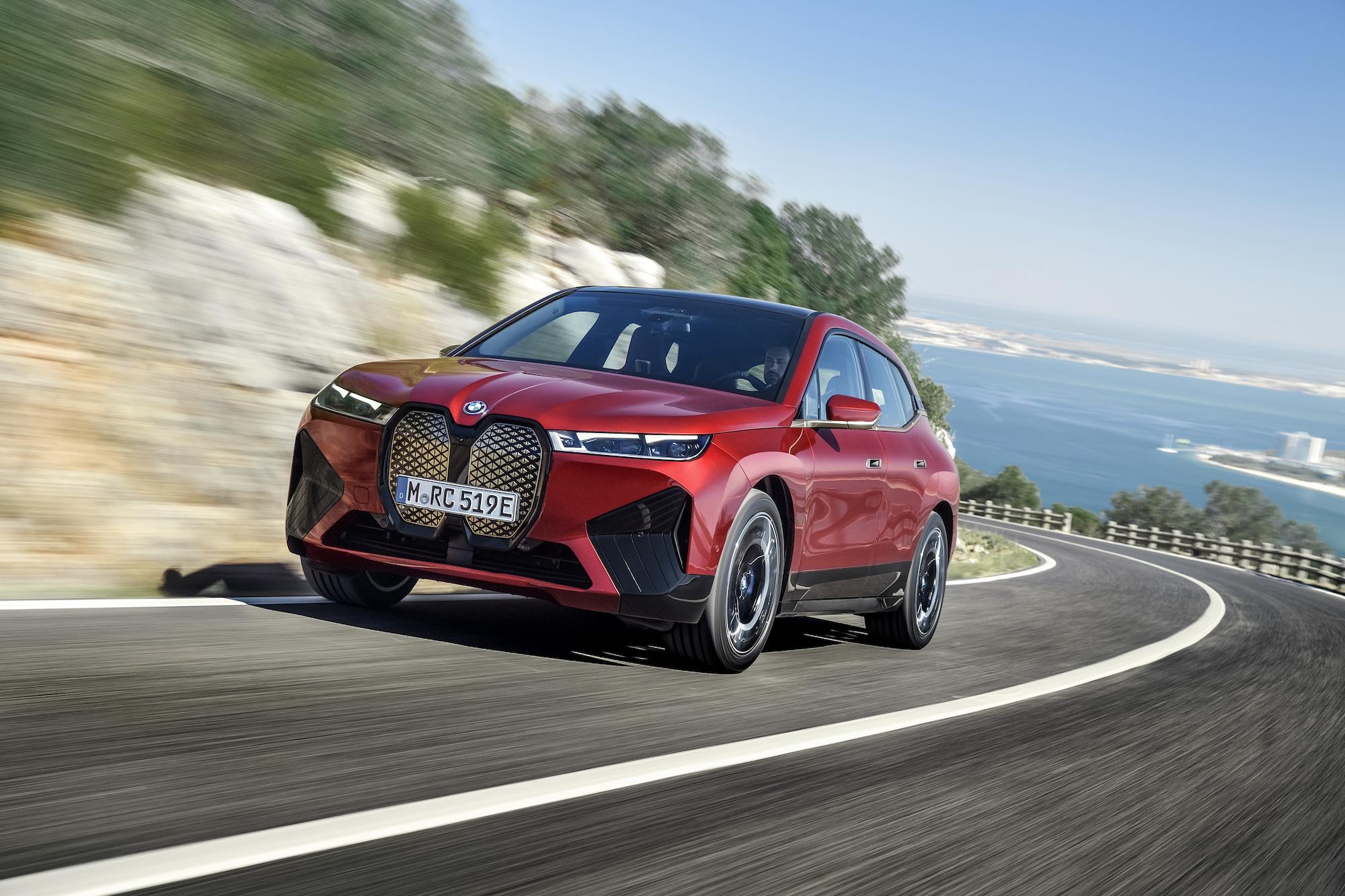 BMW iX 起價 77,300 歐元。