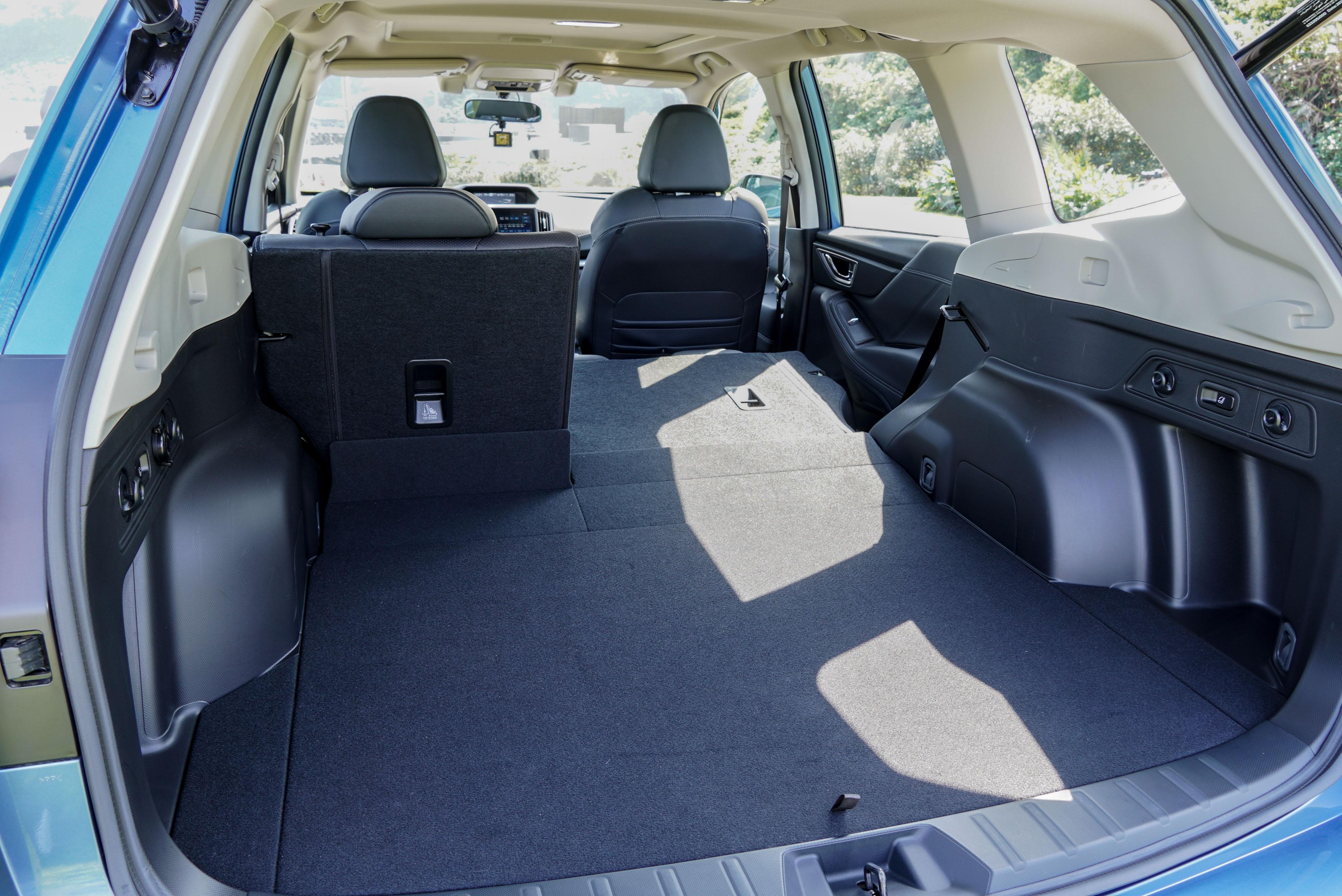 6/4 椅背分離傾倒後,提供平整的擺放空間。