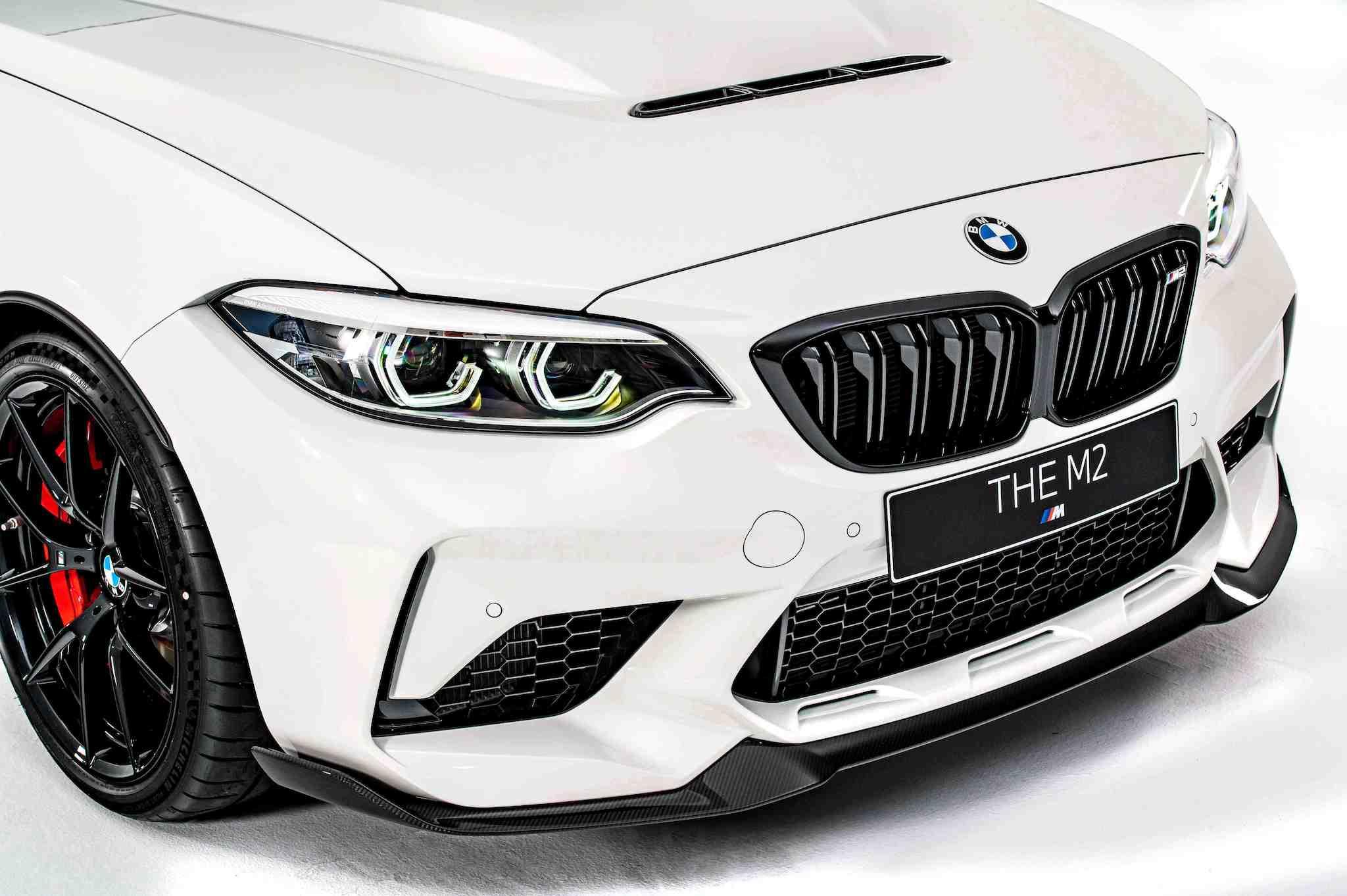 全新 BMW M2 CS 採用大量 CFRP 碳纖維複合材質,減少 50% 重量的碳纖維引擎蓋除了輕量化設計更增添了中央進氣口,為引擎提供更充足的散熱冷卻效果。