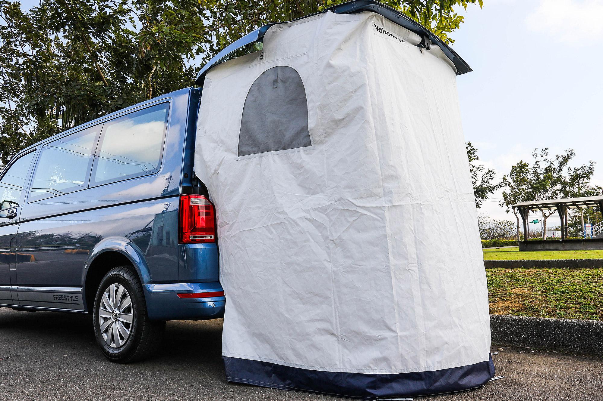 車尾帳迎風面積較大,可搭配營釘將其固定。