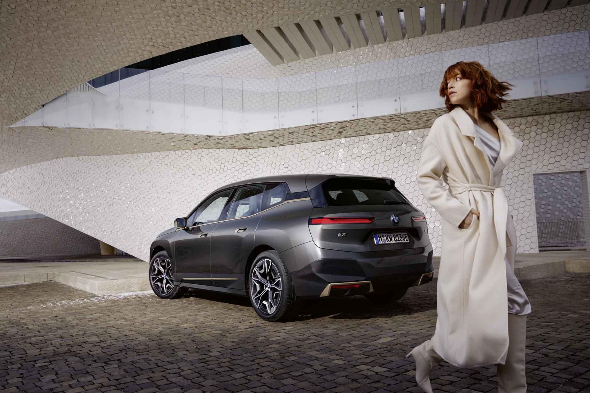 BMW iX 配備手機數位鑰匙 2.0 功能,車主只要 iPhone 放在身上,走近 iX 時就能直接解鎖並於上車後啟動車輛。