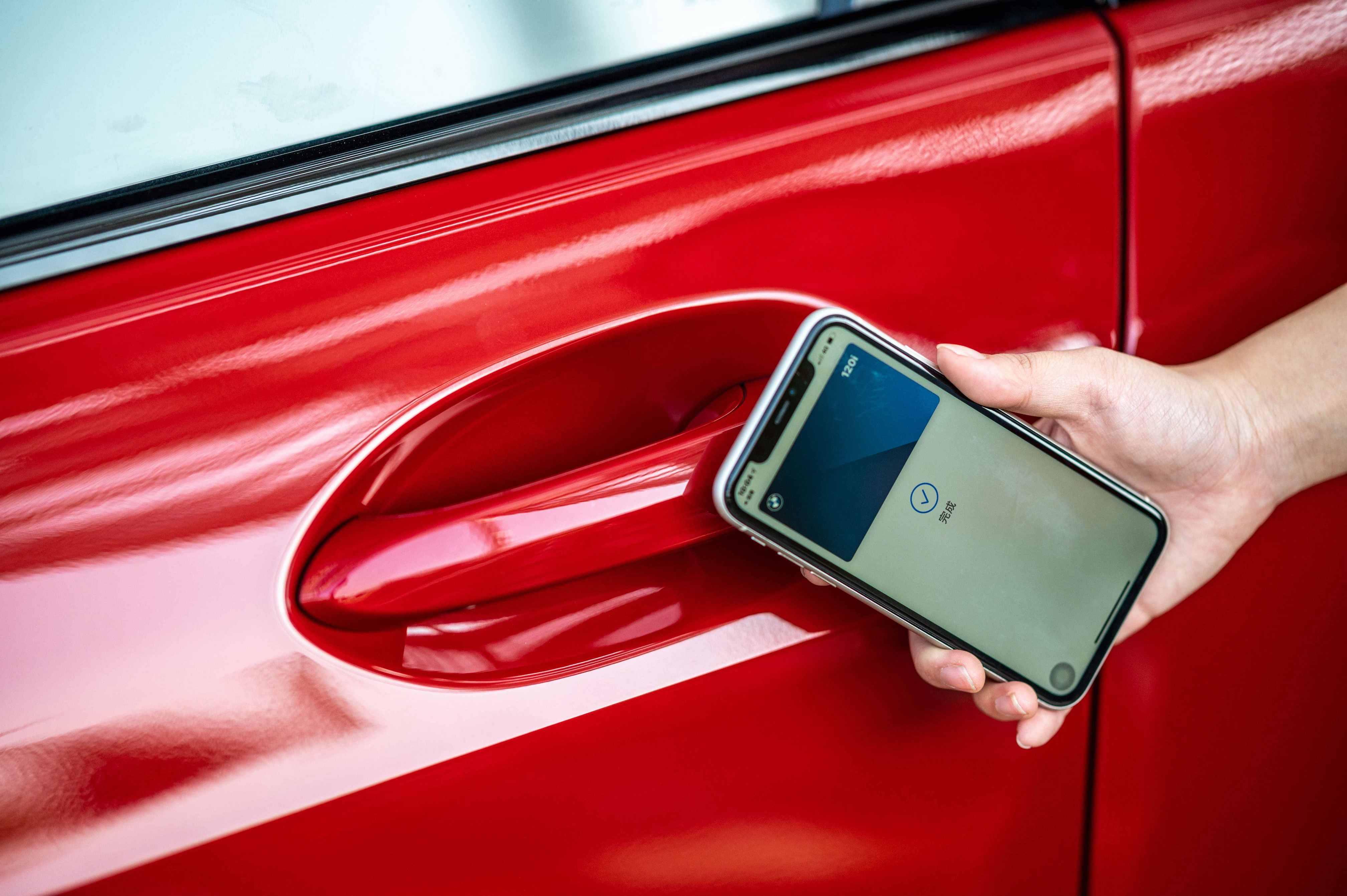 iPhone 手機數位鑰匙搭配智慧 Comfort Access 免鑰匙系統。